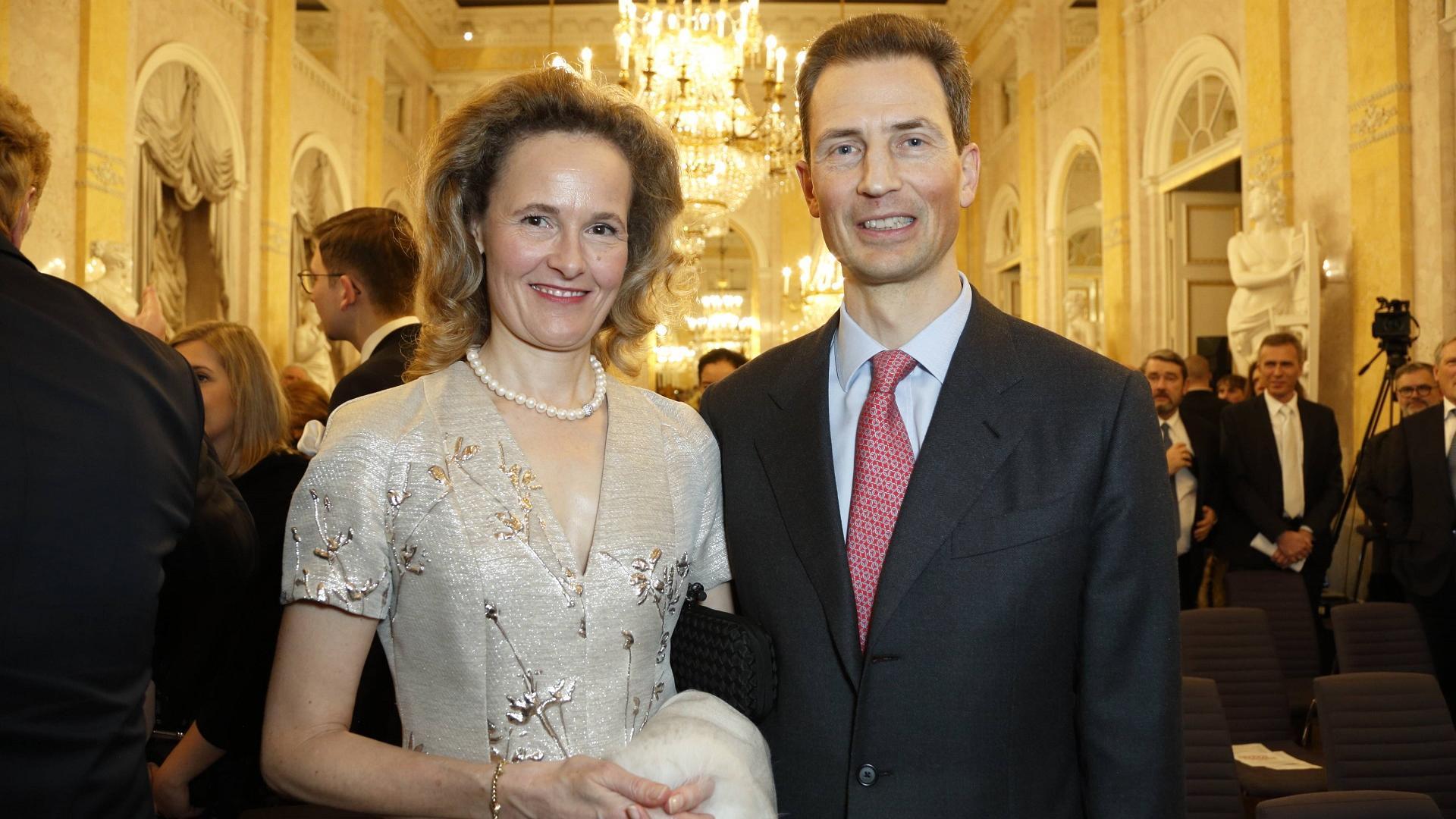 Fürst Alois von Liechtenstein und seine Frau auf einer Eröffnung