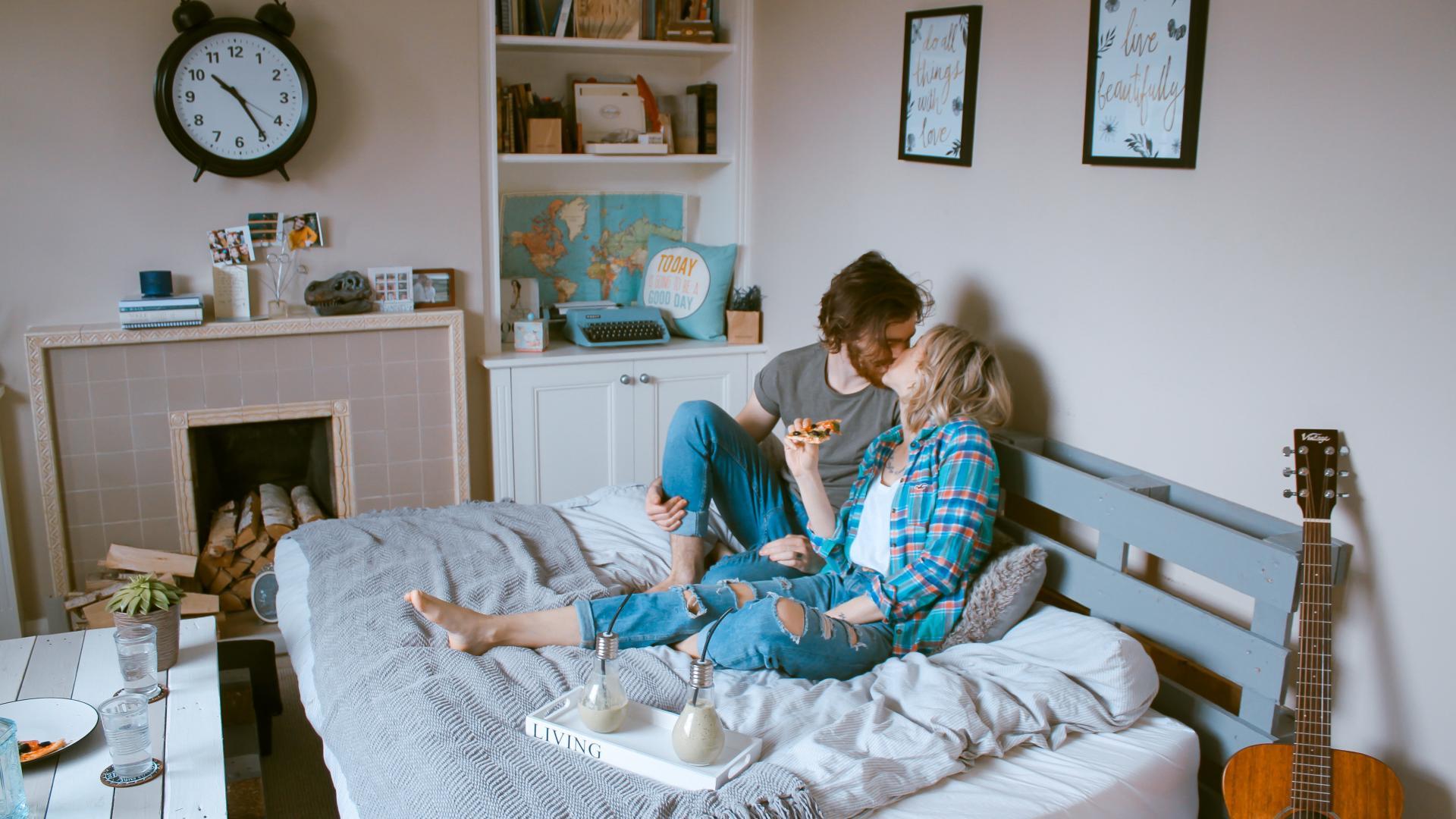 Paar auf Bett
