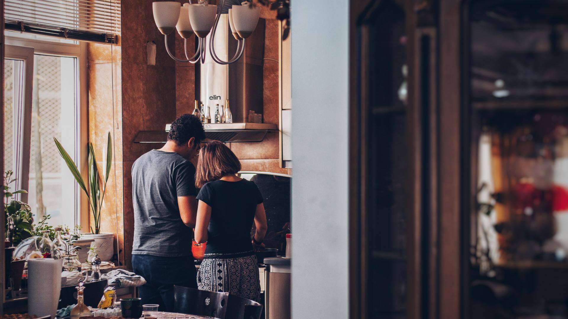 Pärchen in Küche