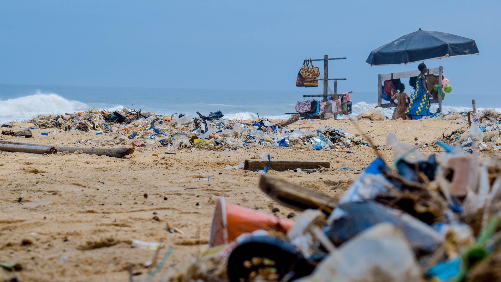 Plastikverschmutzung an einem Strand