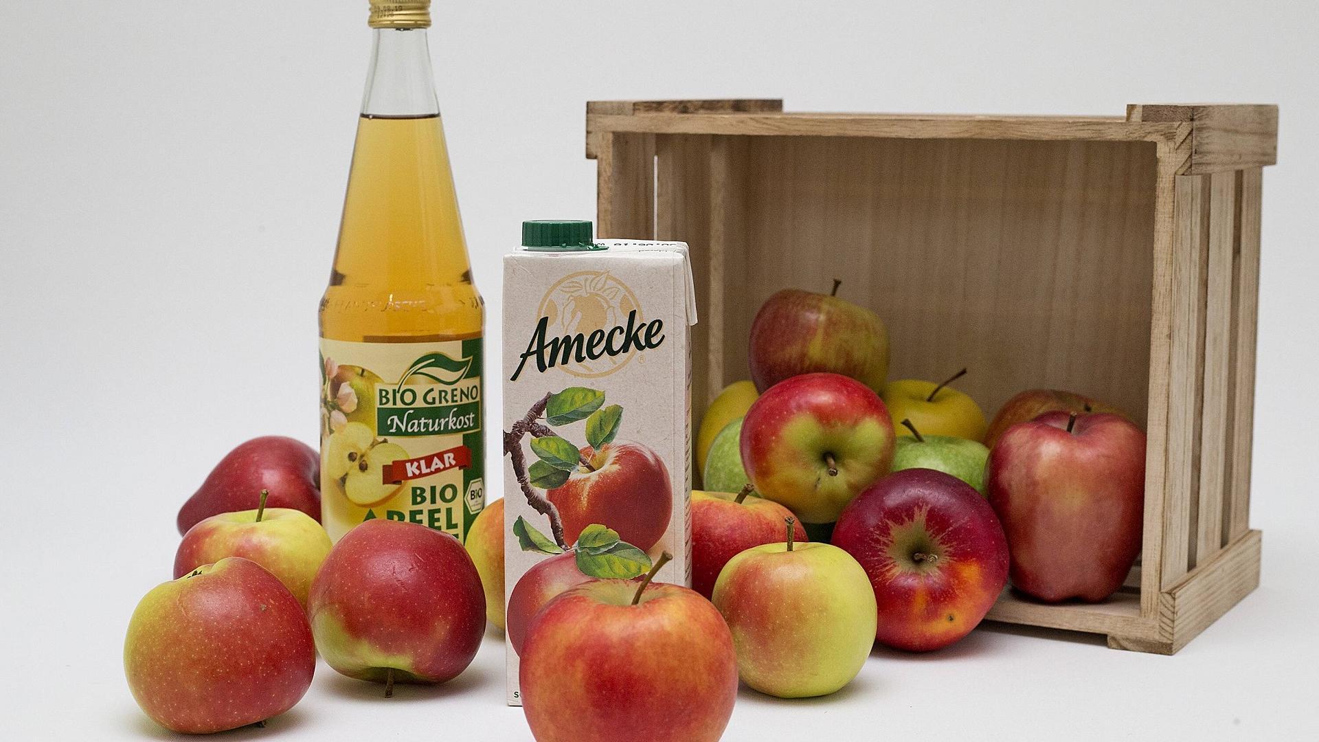 Tetrapack und Glasflasche mit Apfelsaft