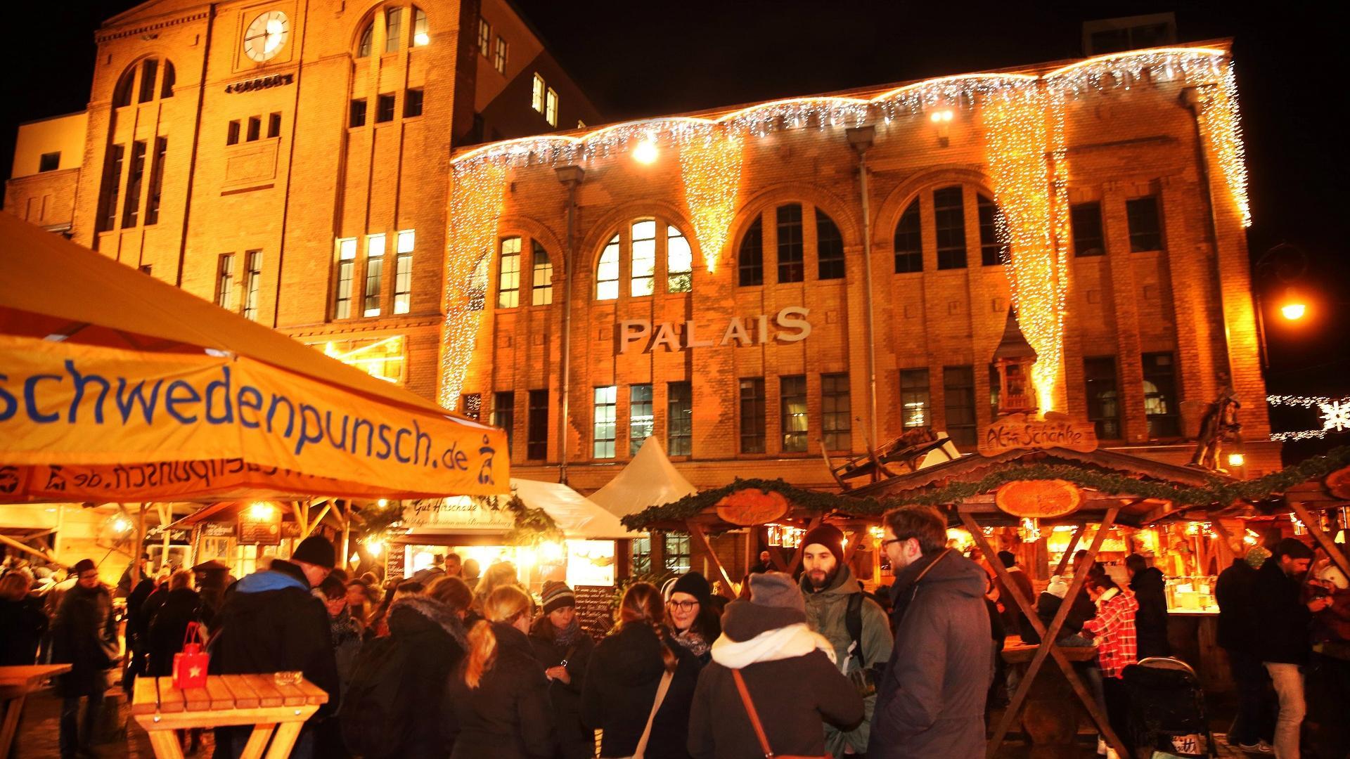 Stände auf dem Lucia-Weihnachtsmarkt in der Kulturbrauerei