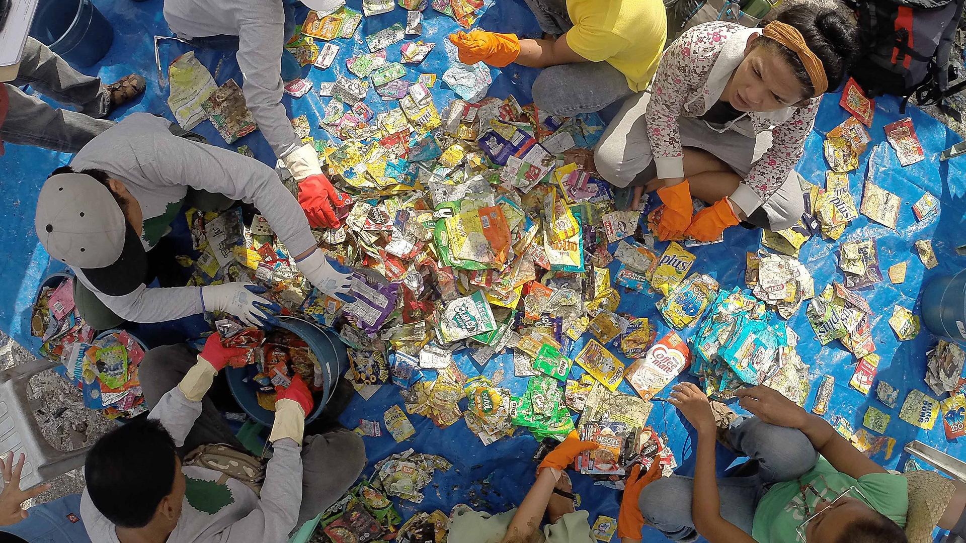 Menschen sammeln und sortieren Plastikmüll