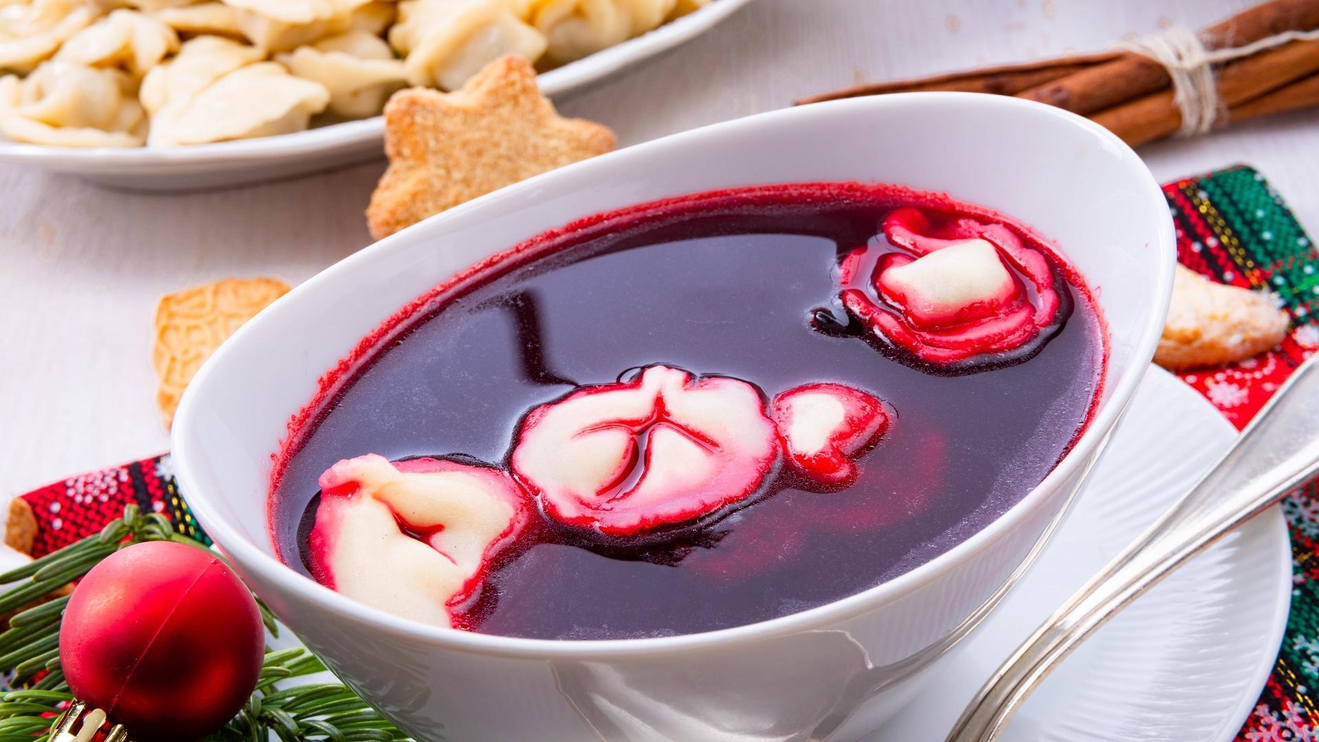 Klare Rote-Beete-Suppe mit Piroggen