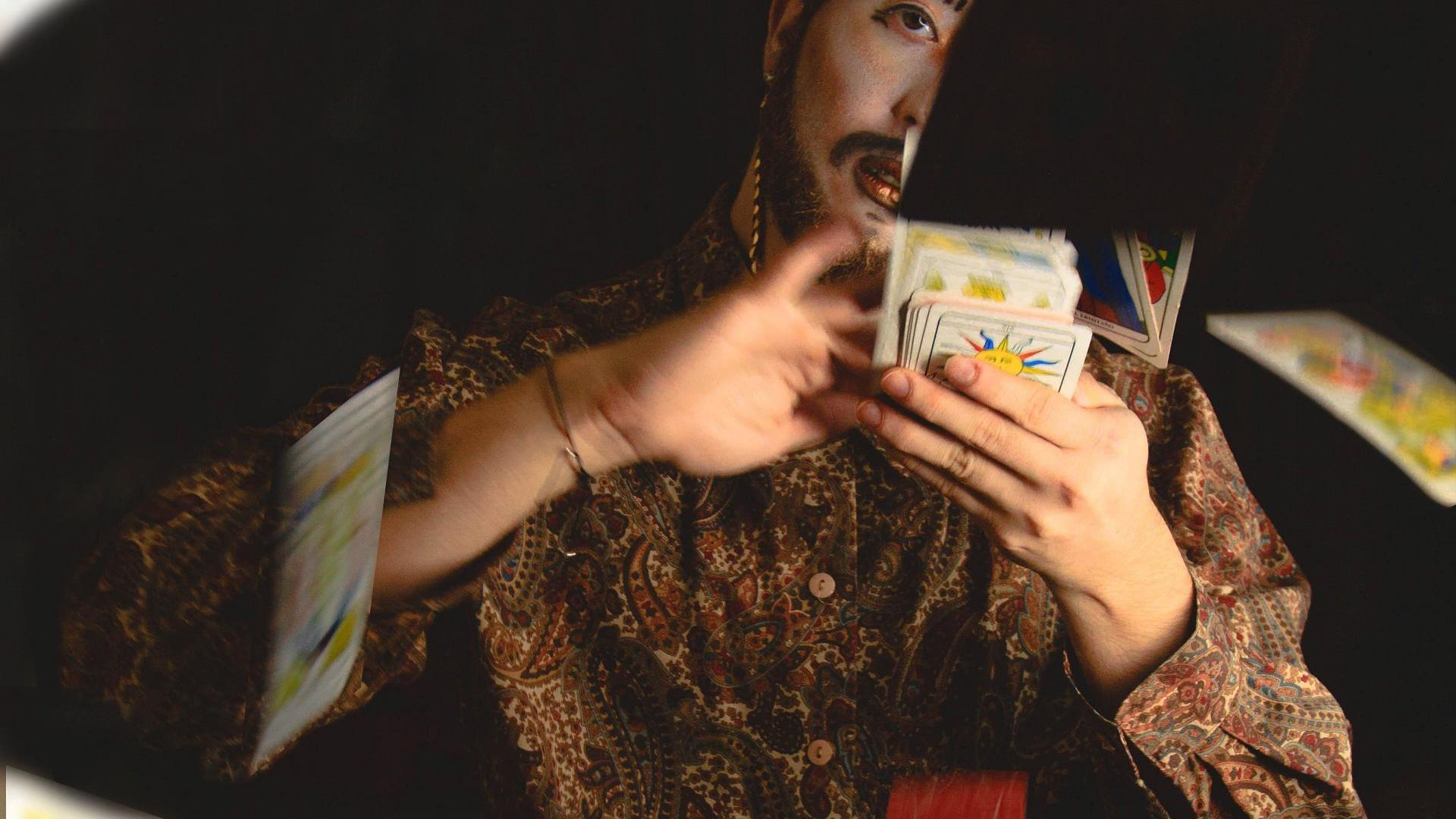 Mann wirft Karten