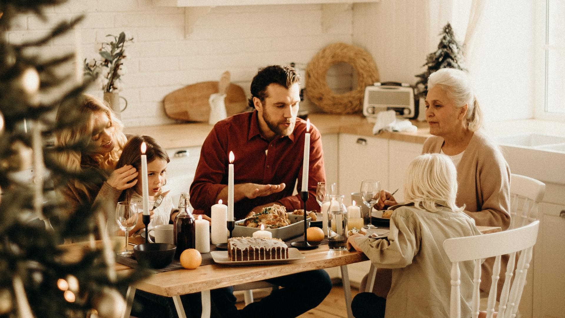 Familie an Weihnachtstafel