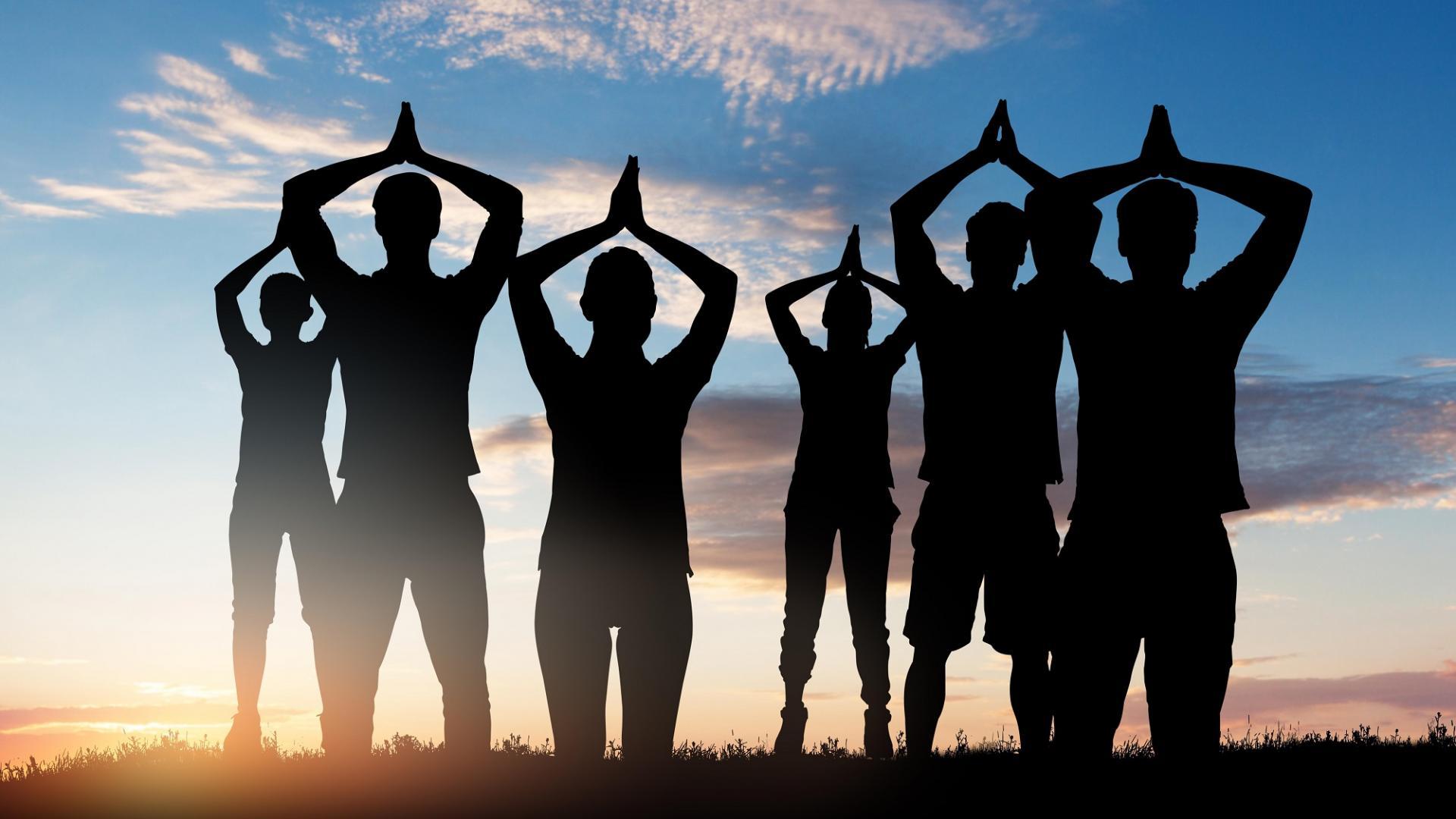 Sillhouette von Menschen die Yoga machen
