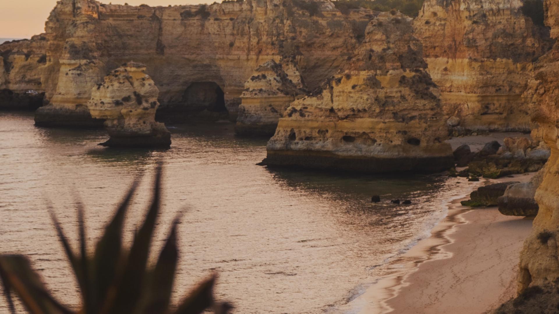Die Klippen der Algarve in Portugal