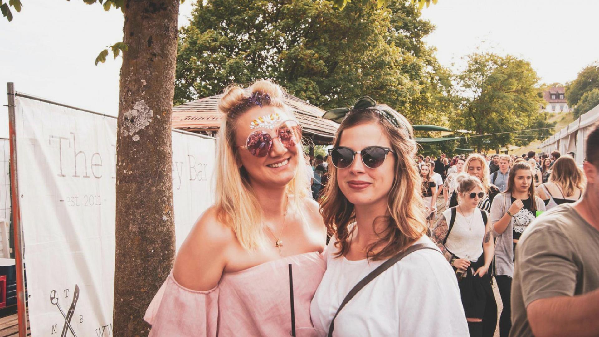 Beste Freundinnen auf dem Festival