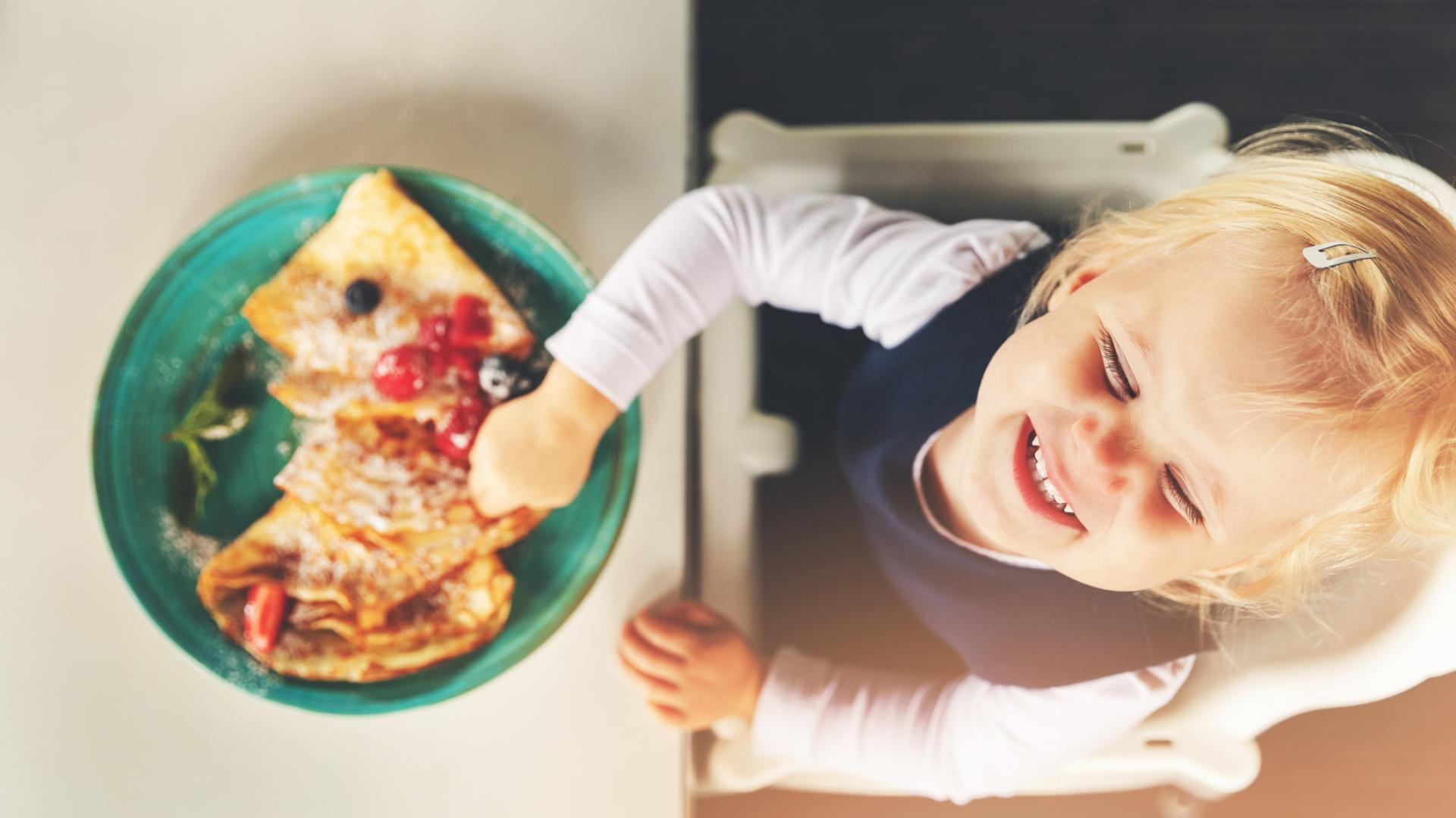 Kind beim Essen glücklich