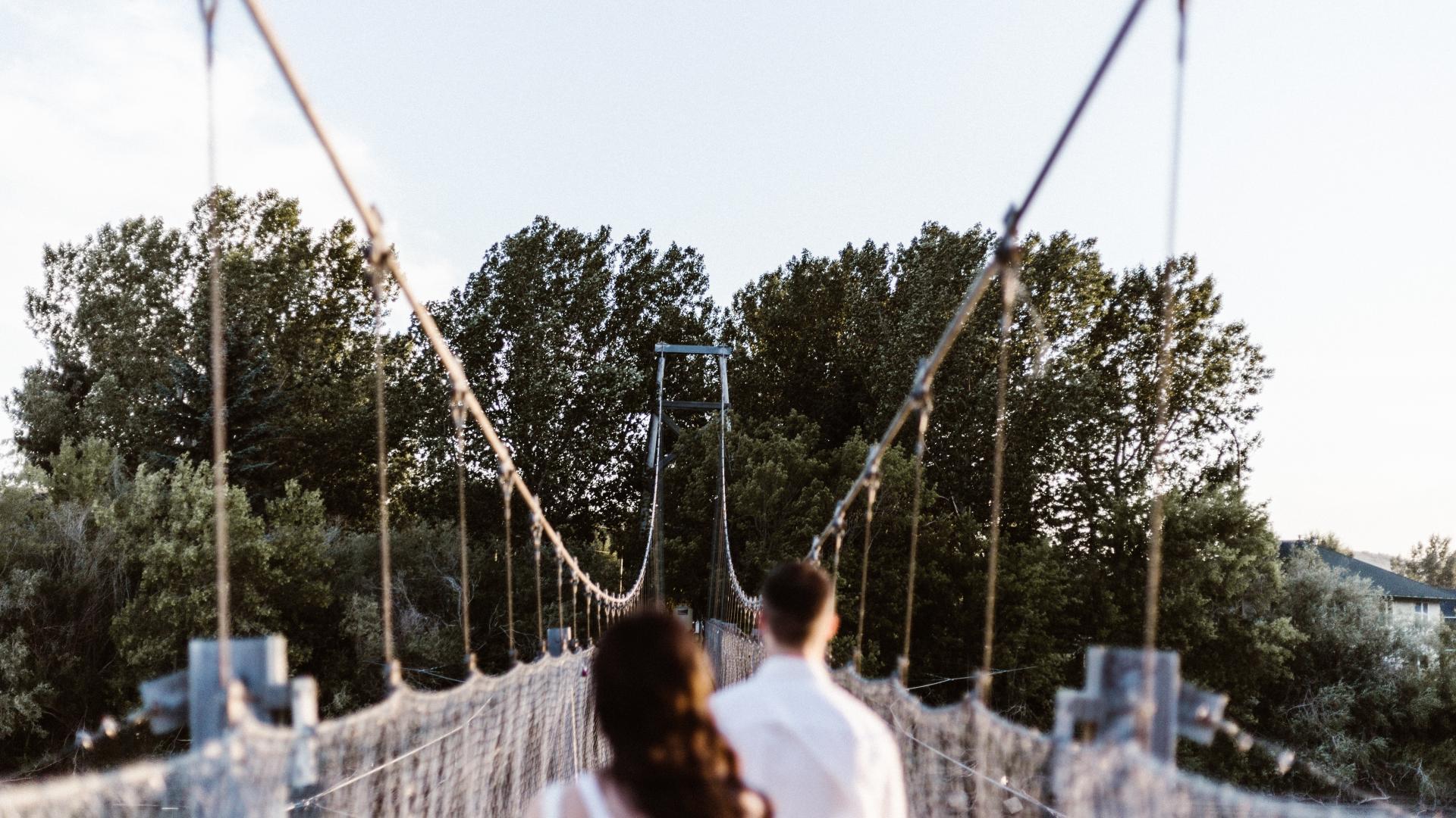 Frau & Mann auf Brücke