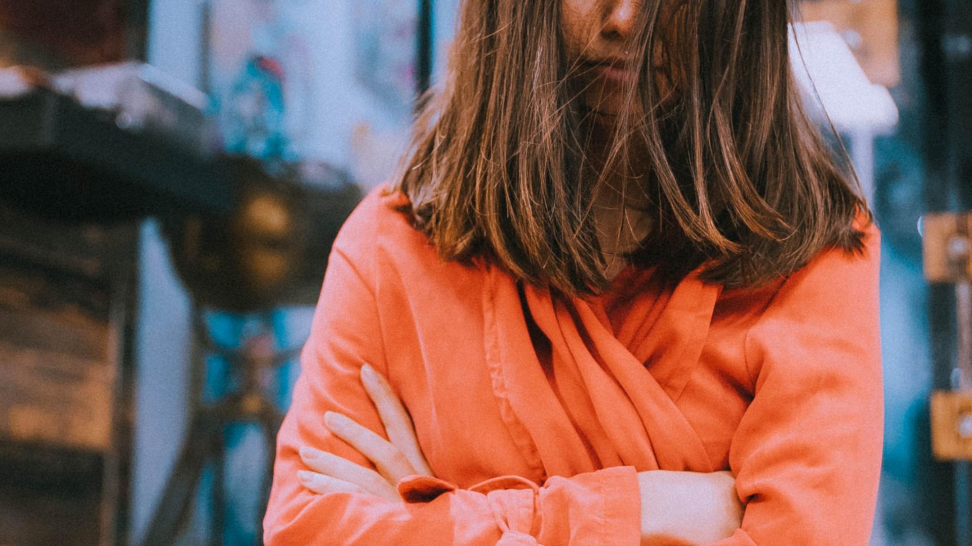 Junge Frau mürrisch, Haare