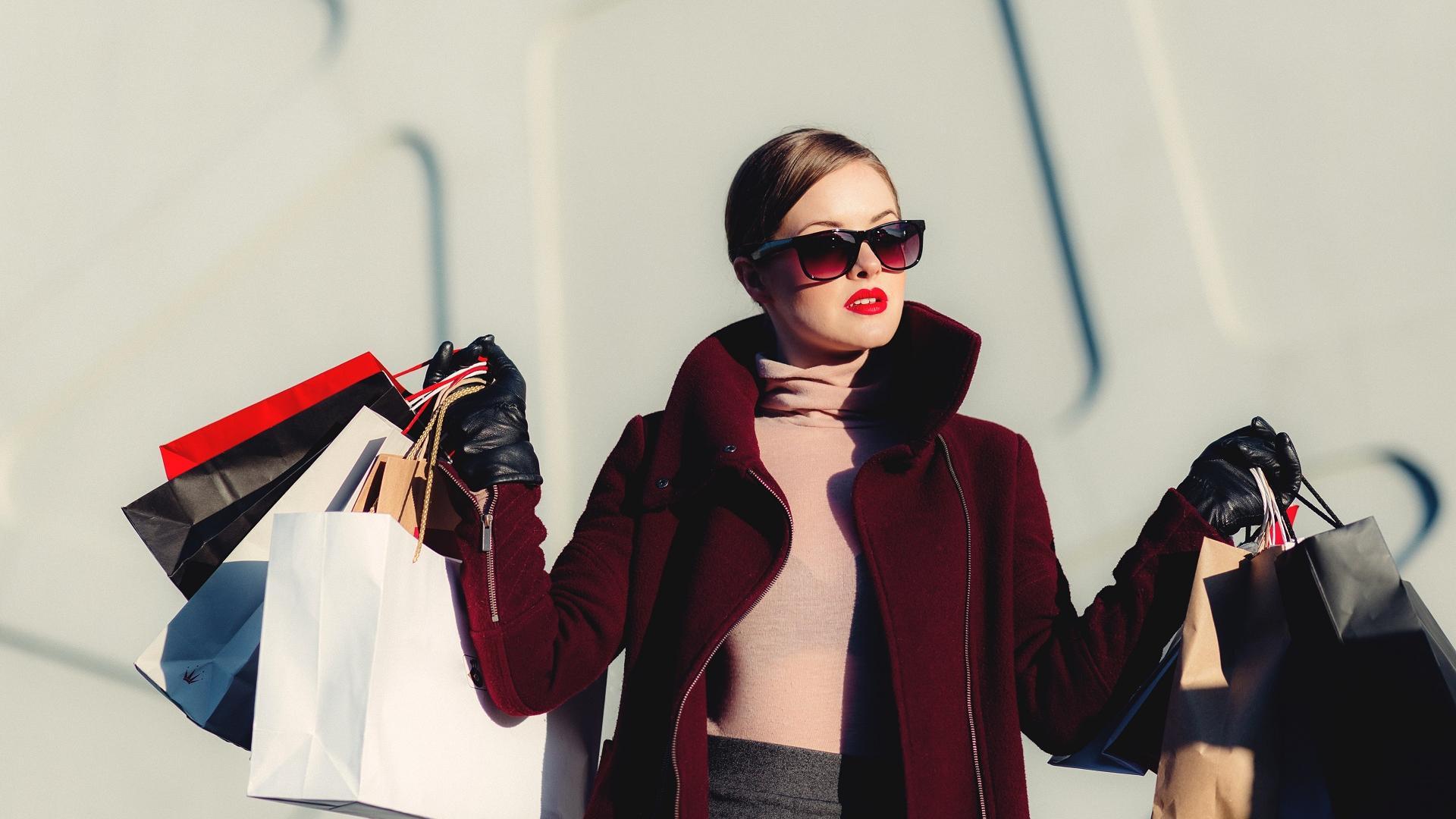 Frau mit Shopping-Beuteln