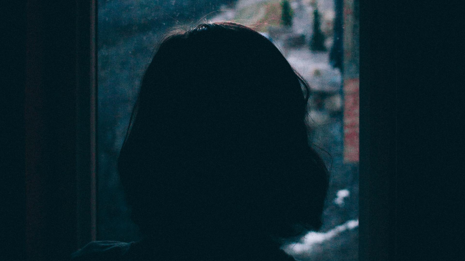 Frau vor Fenster