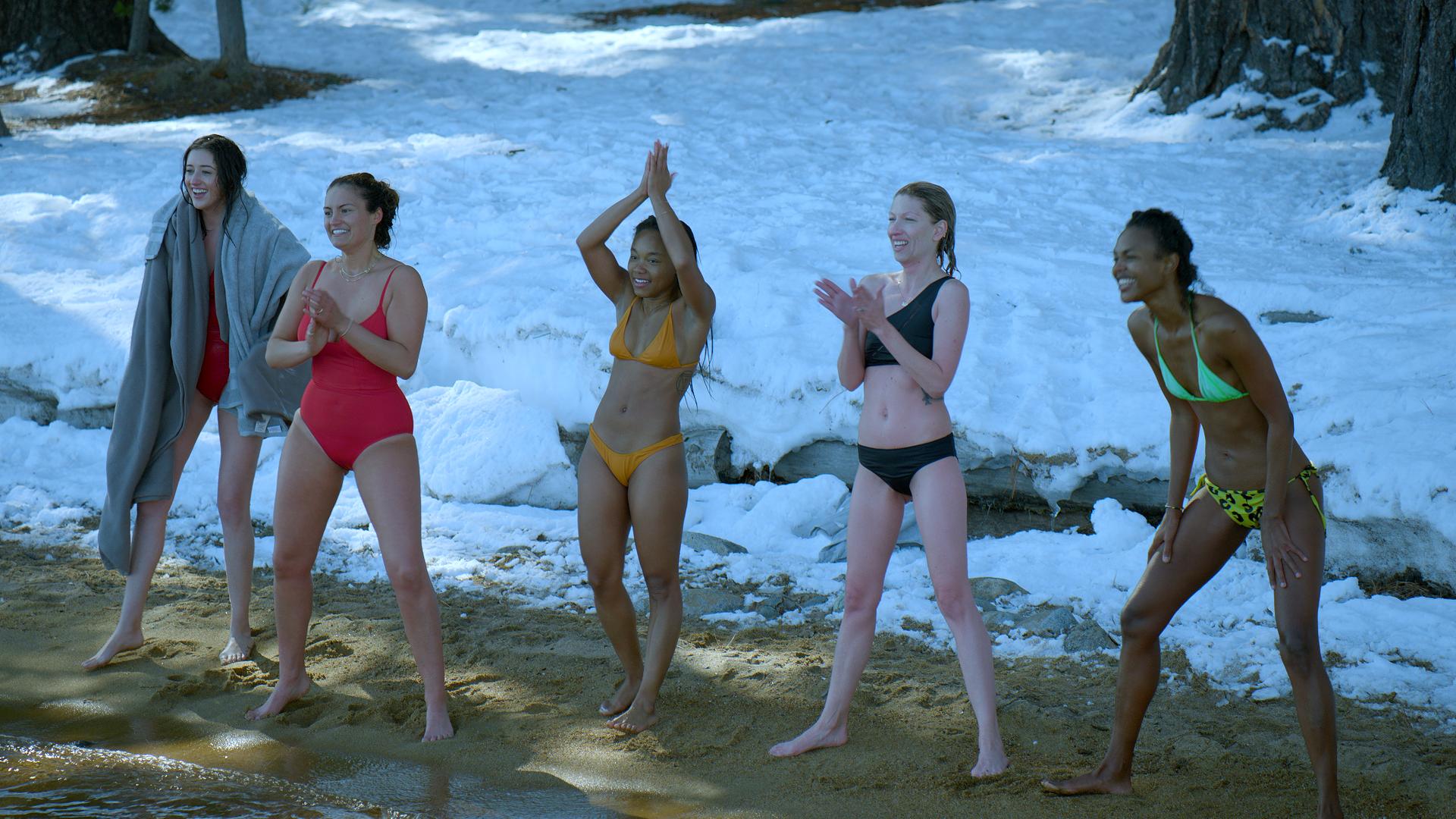 Frauen im Bikini im Winter