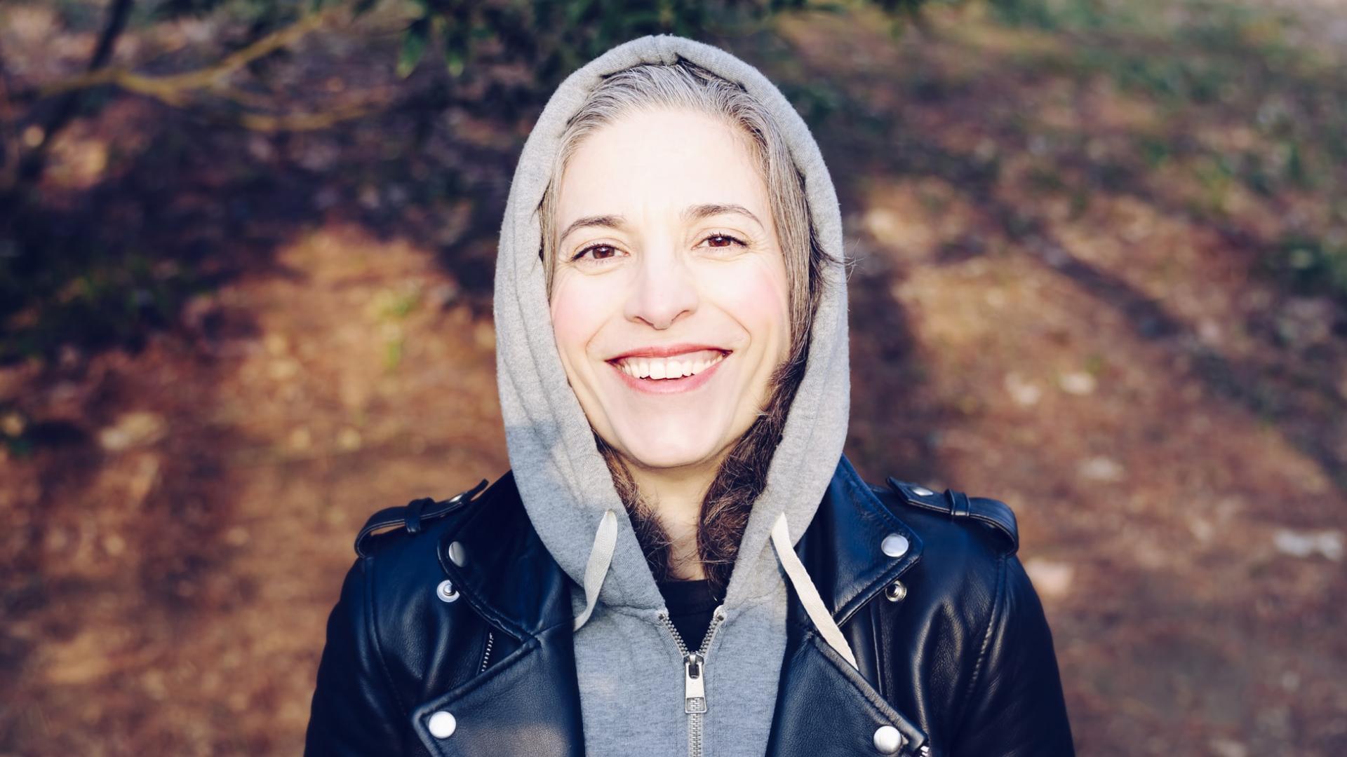 Frau lacht Natur