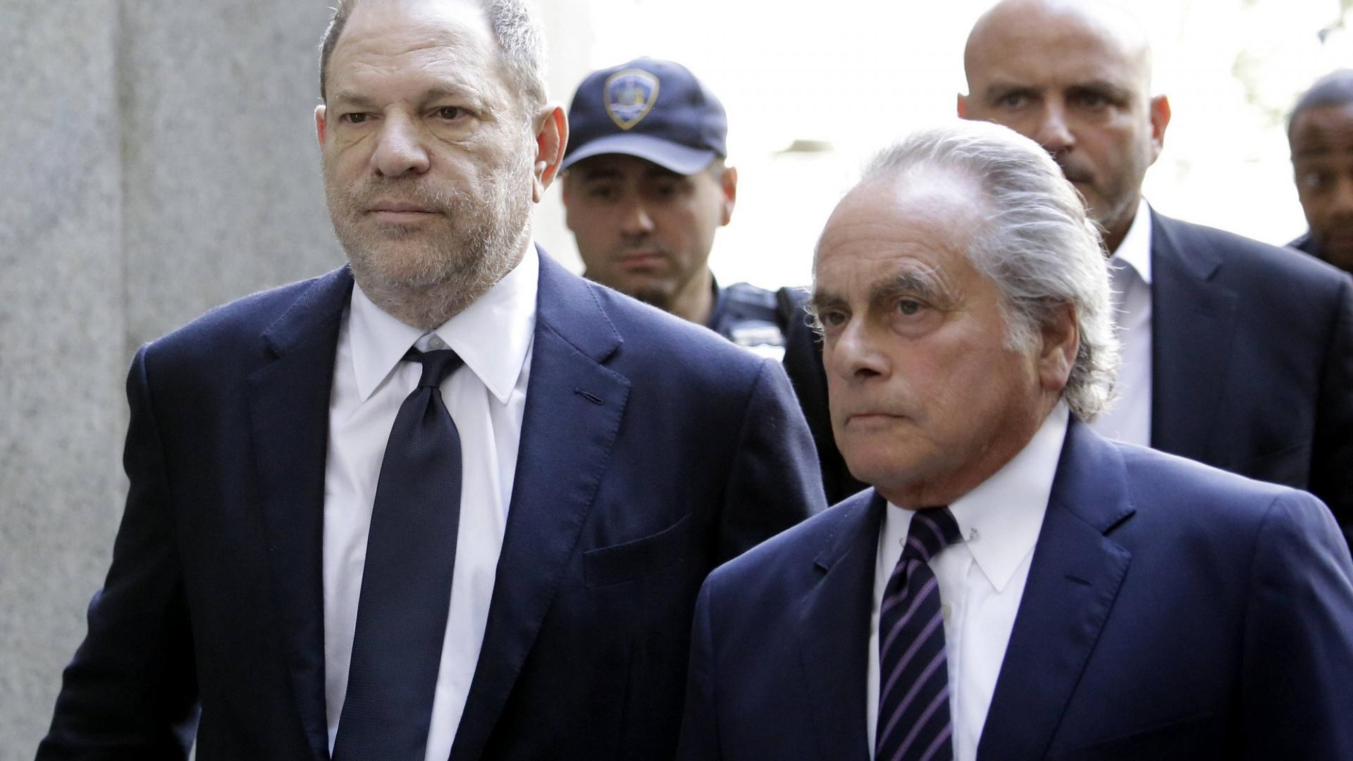 Harvey Weinstein mit Anwälten und Polizist