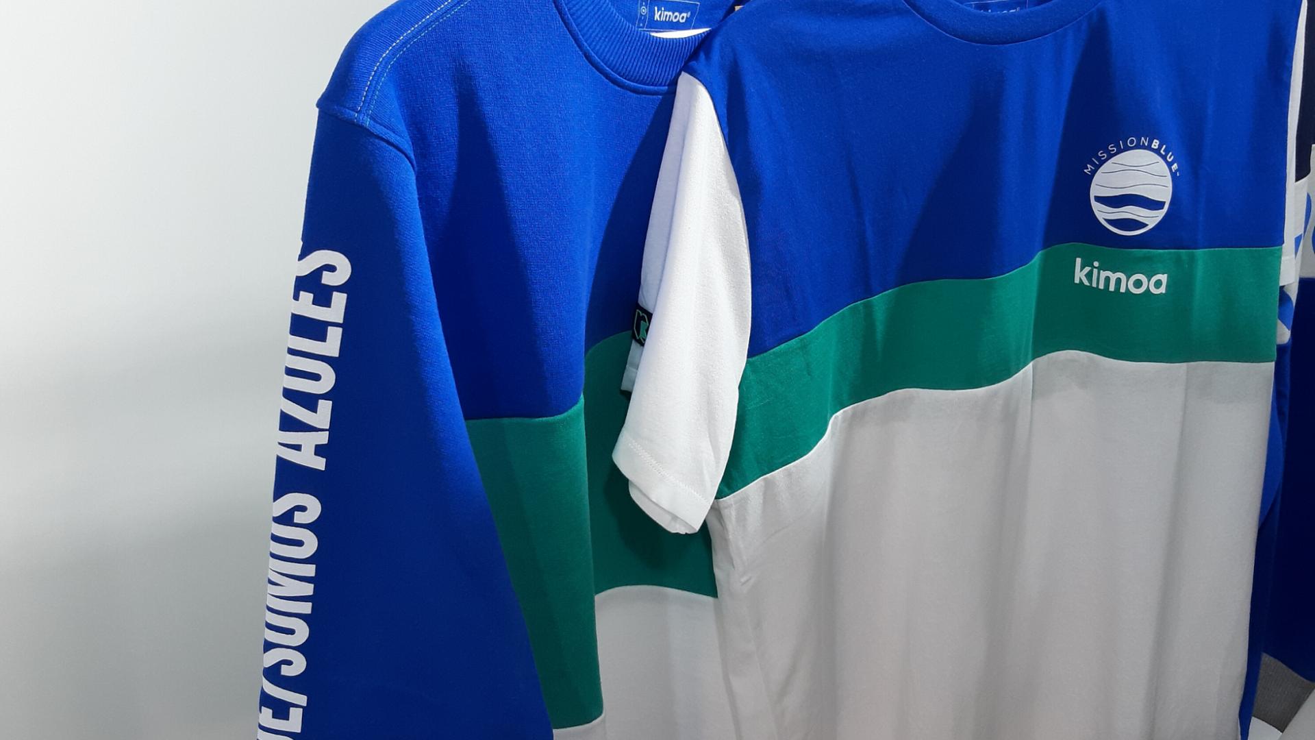 blau.weißes T-Shirt und blauer Pullover