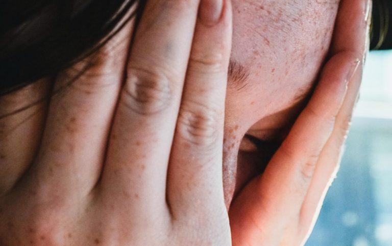 Körpersprache deuten - 6 Gesten, die andere entlarven