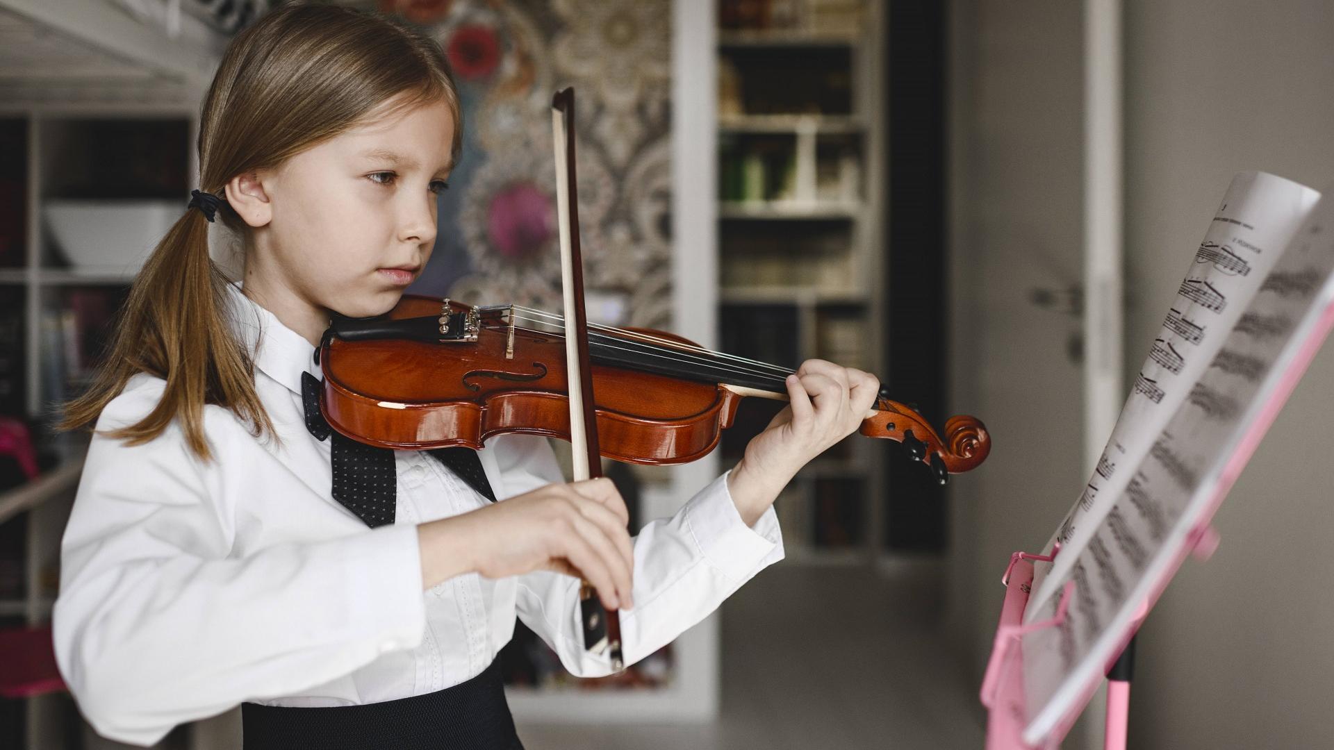 Kind spielt ein Musikinstrument