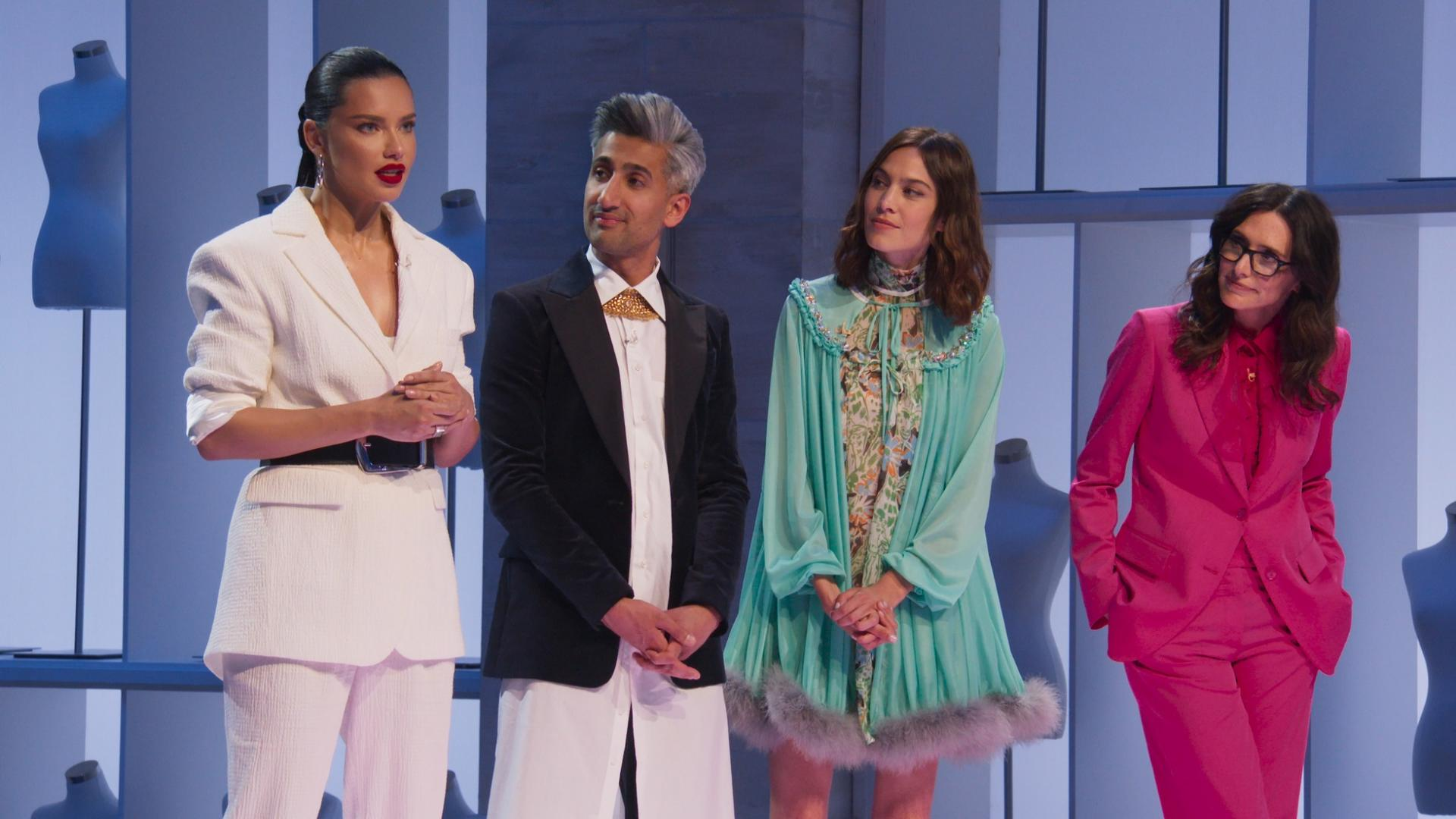 drei Frauen und ein Mann auf einer Bühne mit bunter Kleidung