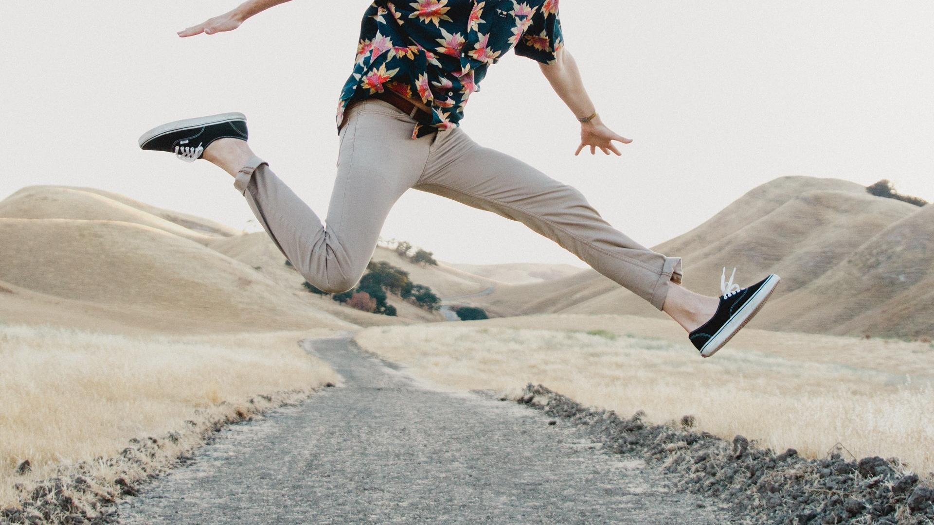 Mann hüpft begeistert