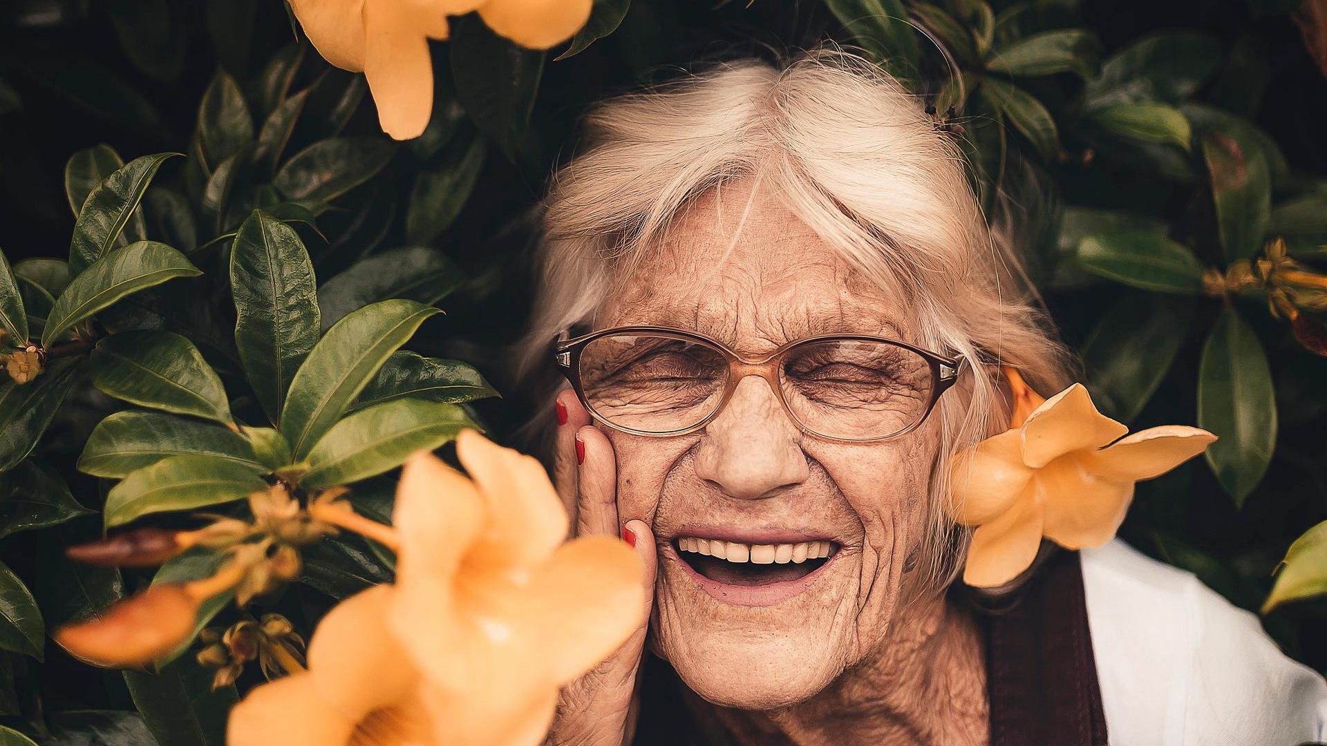 Lachende alte Dame