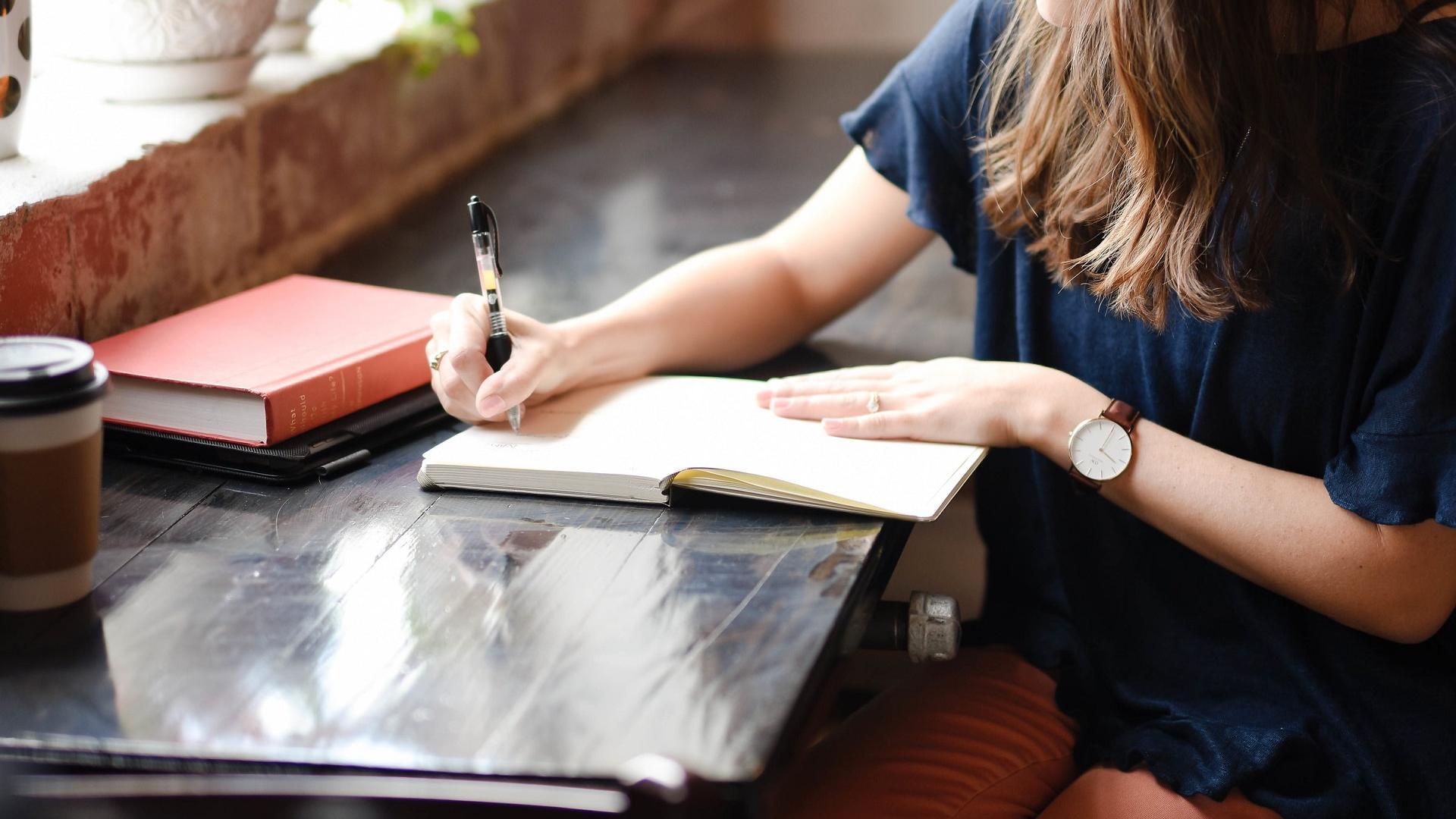 Frau schreibt nachdenken