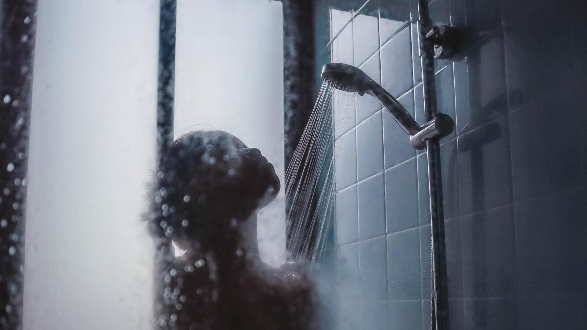 Duschende Frau