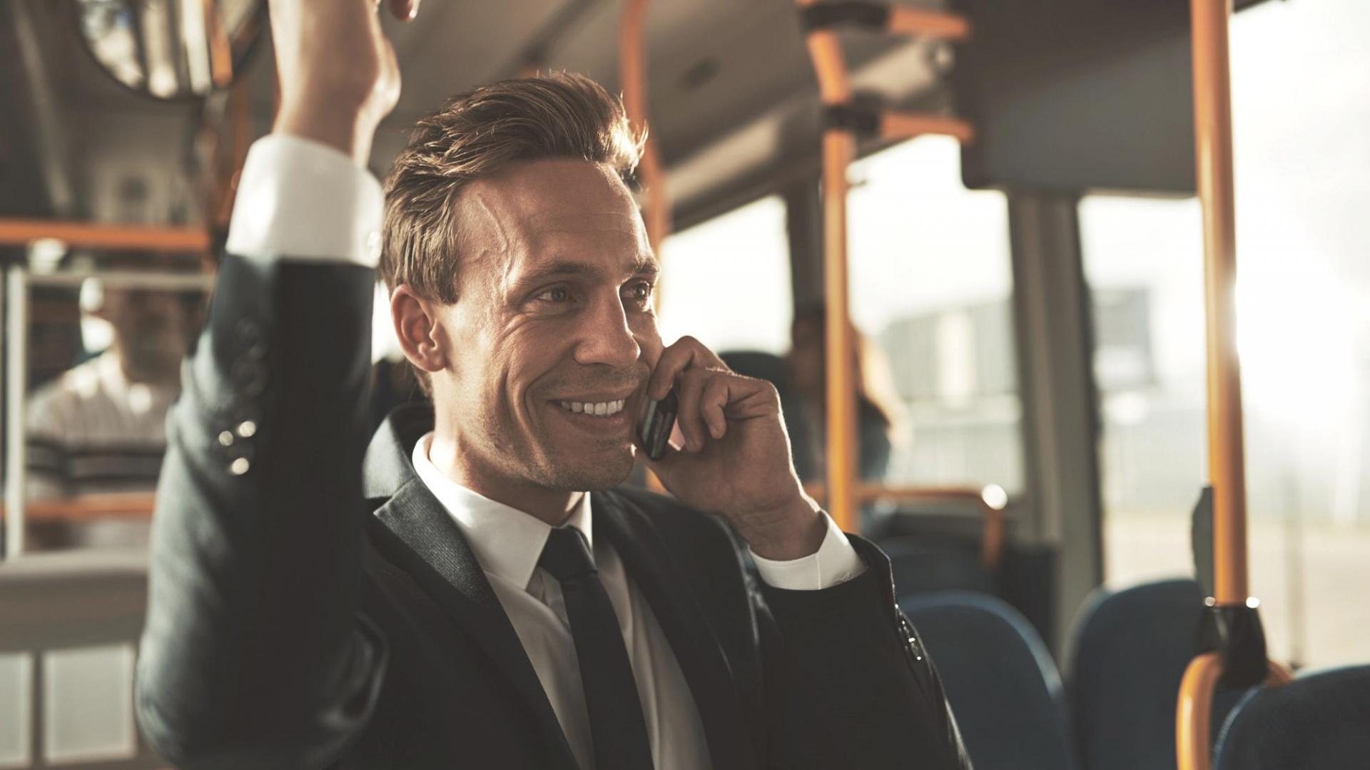 Mann Telefonieren Bus