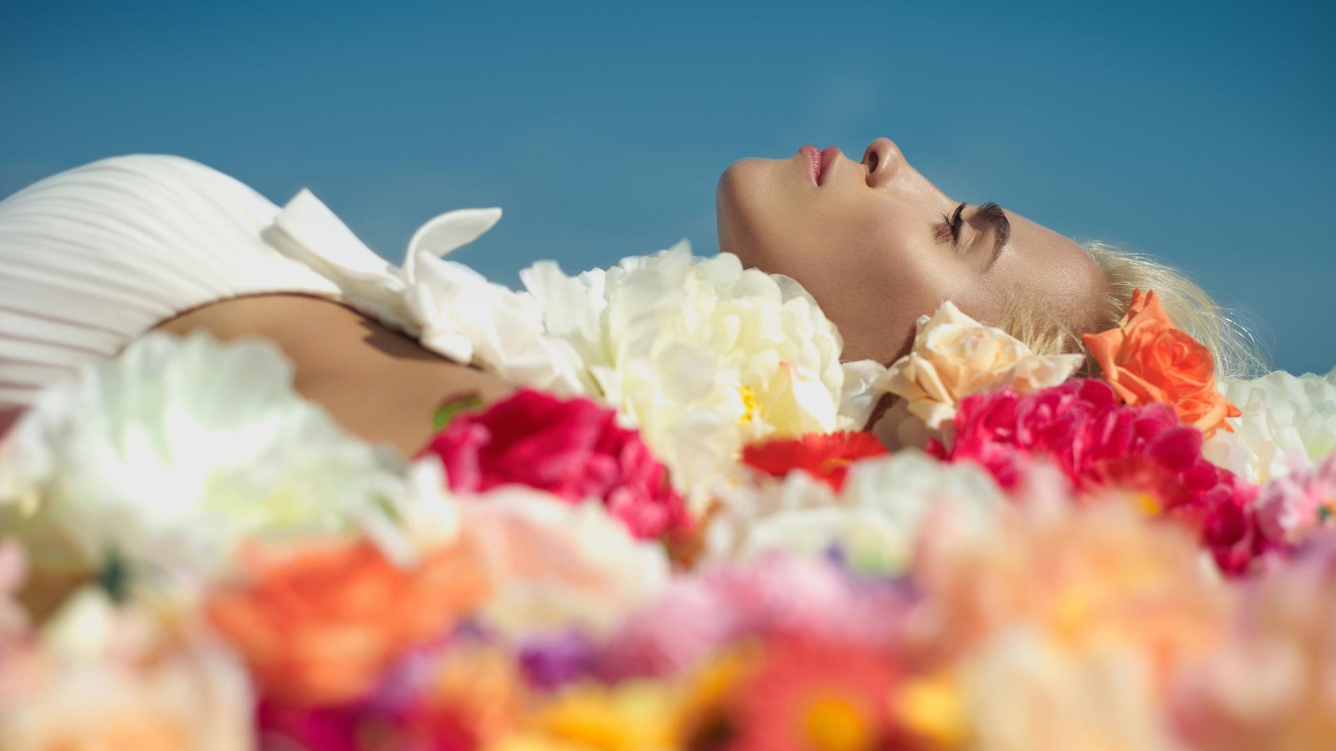 Frau auf Blumenbett