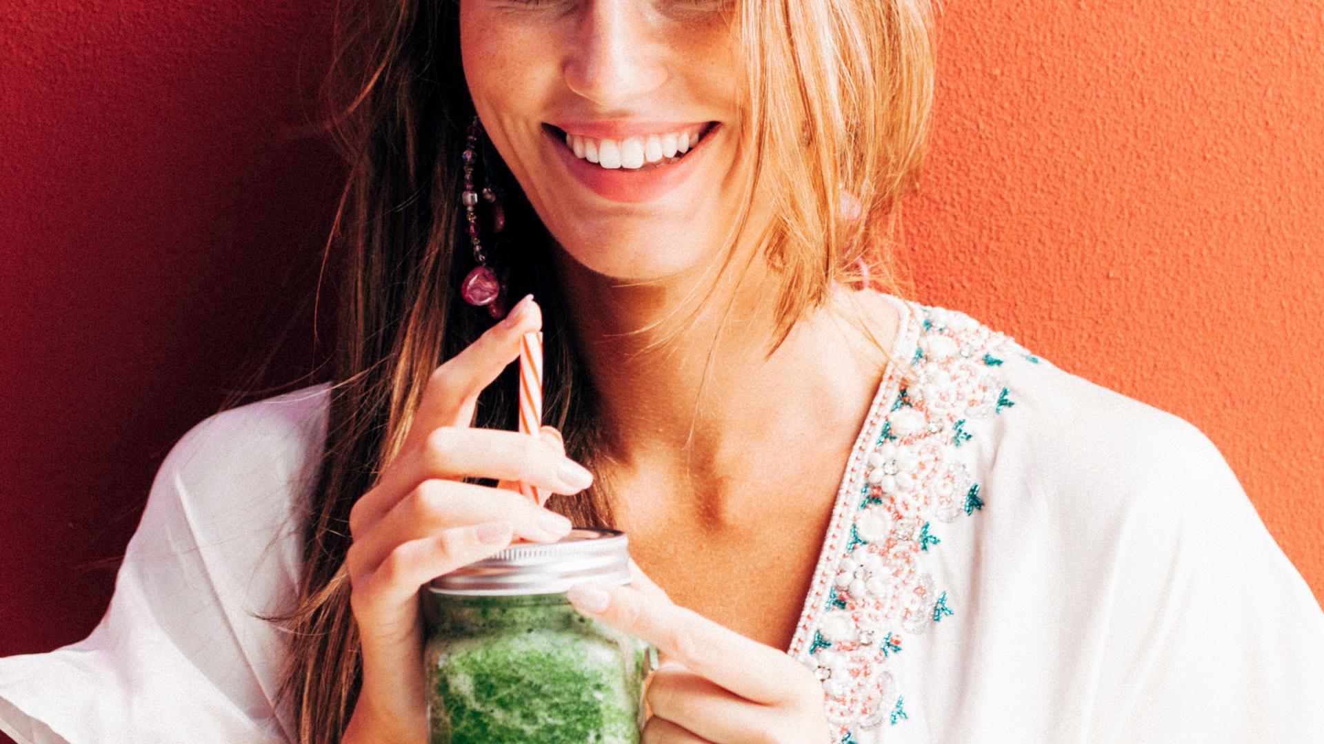 green, grün Smoothie, Frau mit Getränk