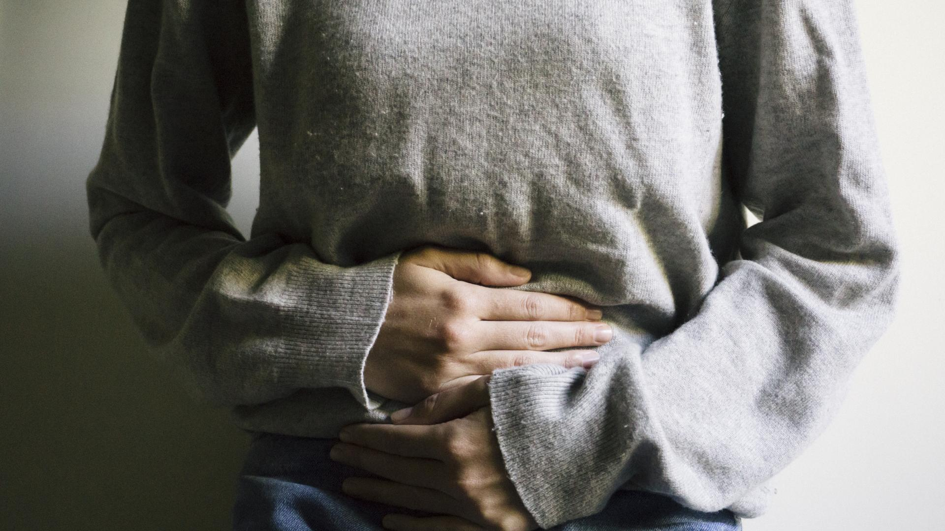 Frau hält sich Bauch