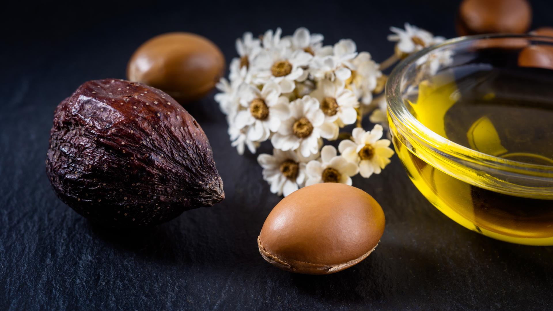 tabletop shot von organischen Früchten und Nuss mit Arganöl