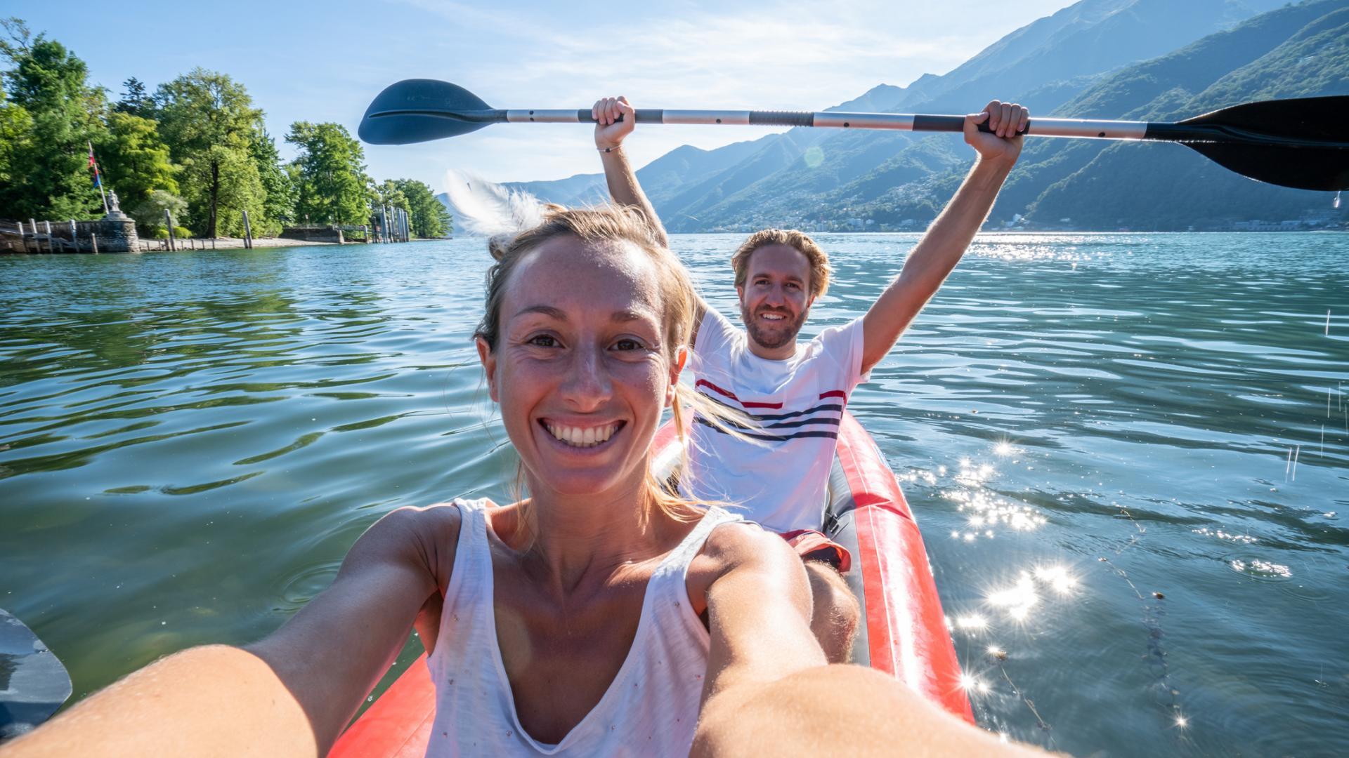 Bergsee Kanu Paddeln Natur Paar Urlaub
