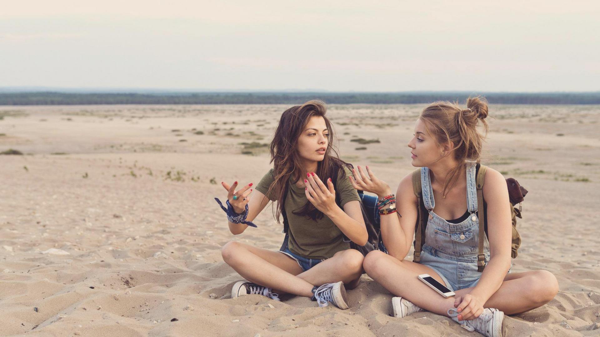 Frauen Sitzen Strand