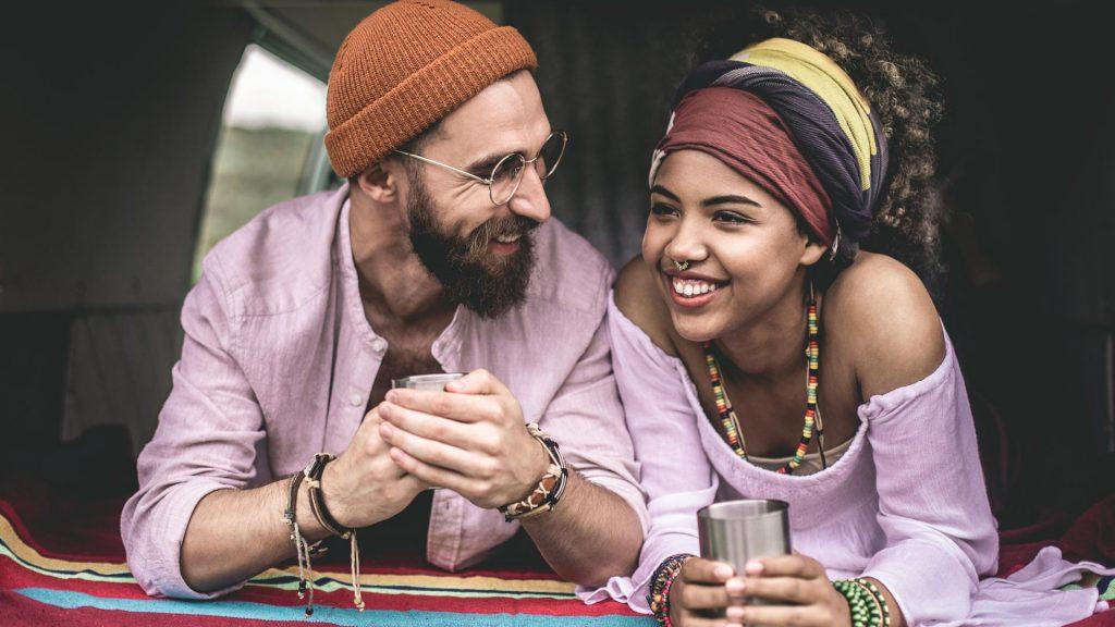 Zweites Date Pärchen Paar Date Lachen Hippie Freunde