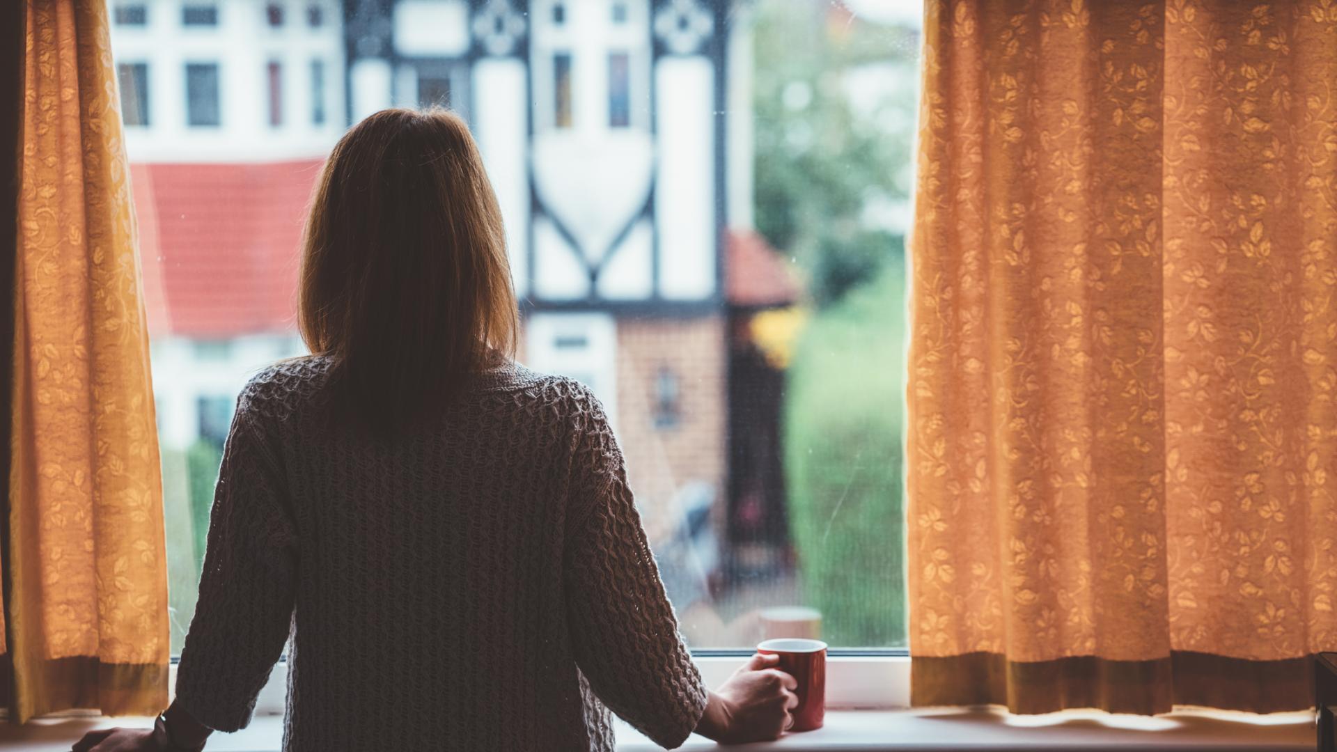 Tee Fenster Frau traurig