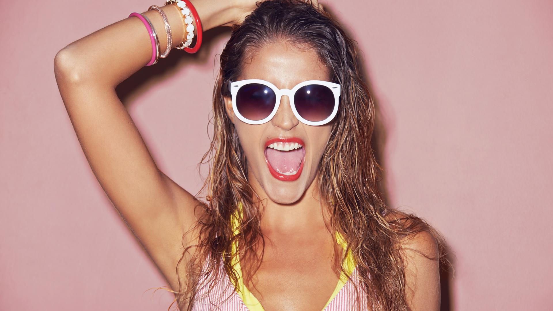 Haare ausfetten lassen frau sommer nass bikini sonnenbrille