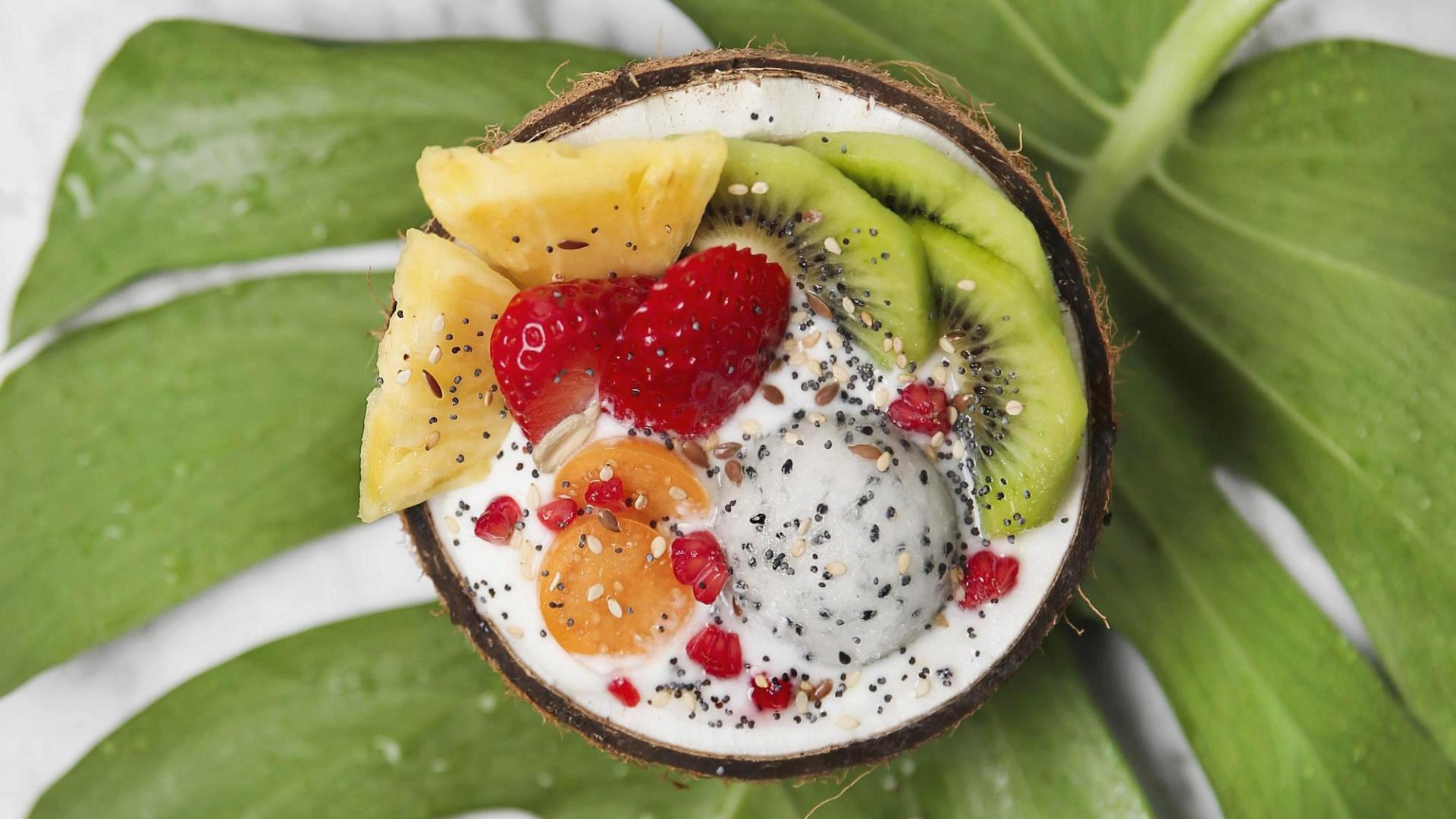 Kokosnuss gefüllt mit Früchten