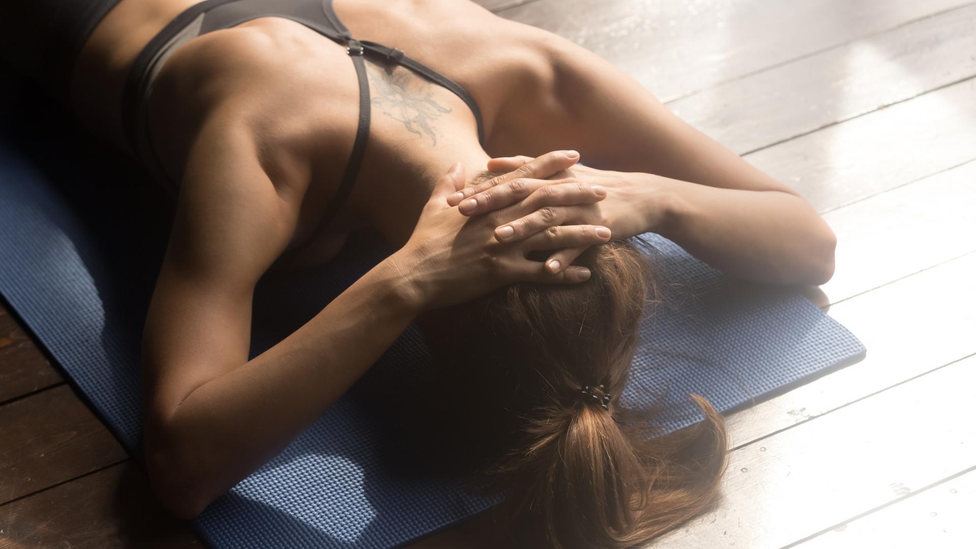 Frau hintere Nacken Dehnung