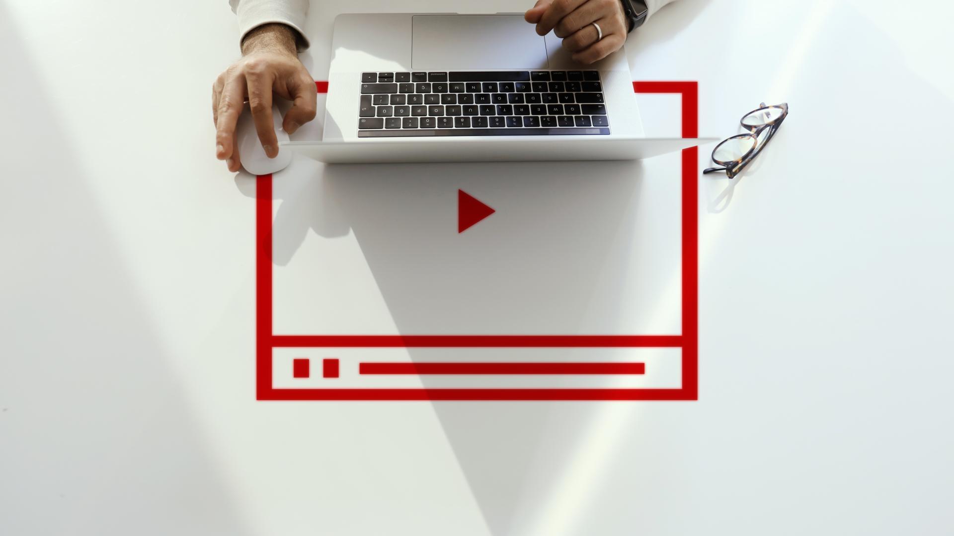 laptop hand drückt weißen knopf