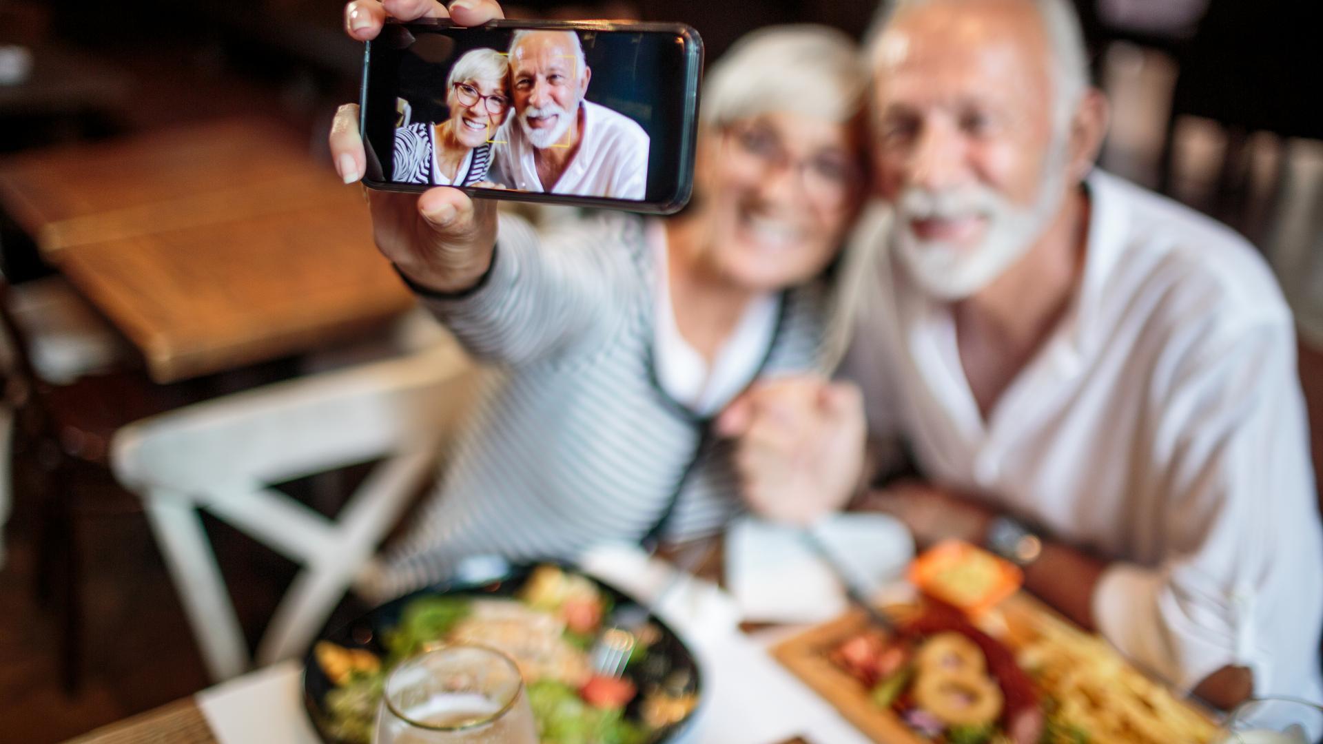 Selfie älteres Paar am Tisch