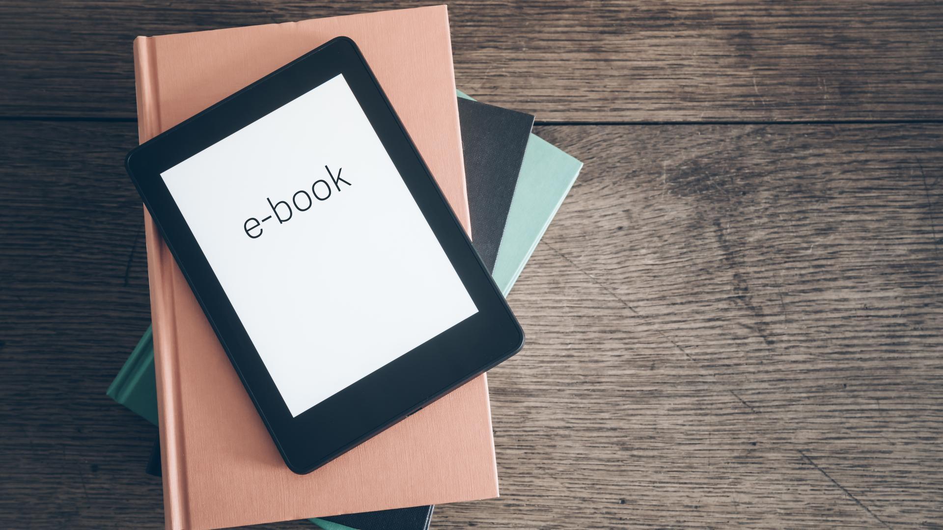 Bücher, E-Book auf Tisch