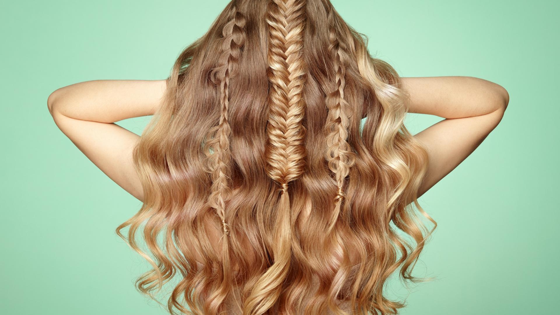 Haare geflochten blond flechtfrisur volumen gelockt locken