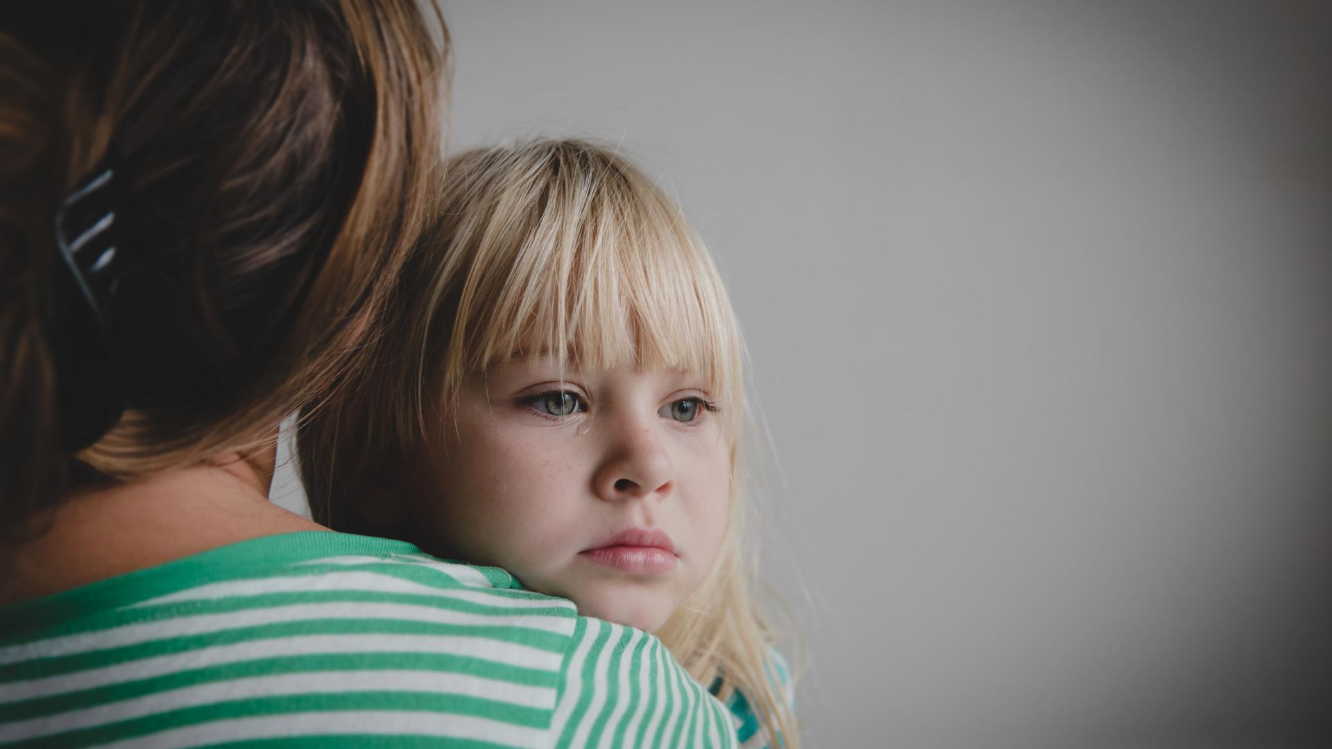 Mutter Kind weint