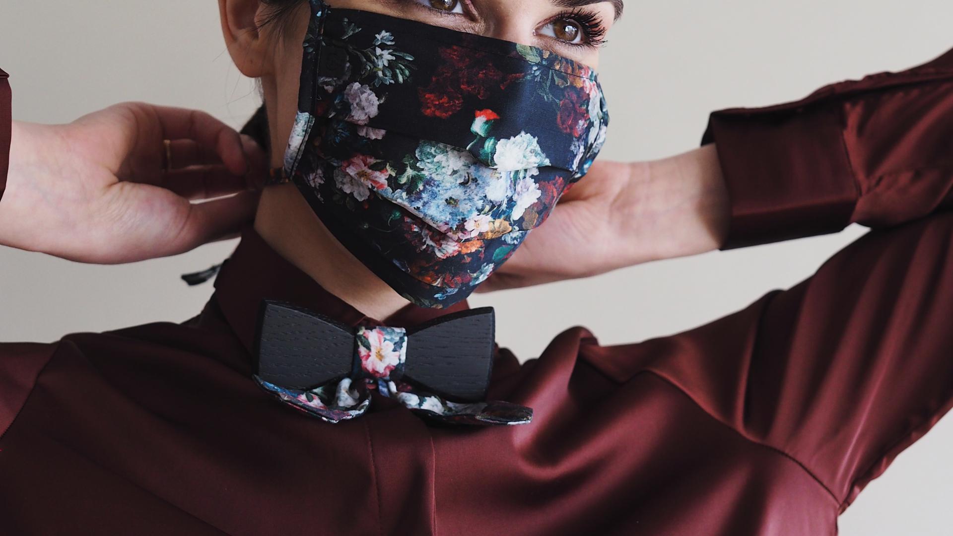 Frau Maske Blumenmuster