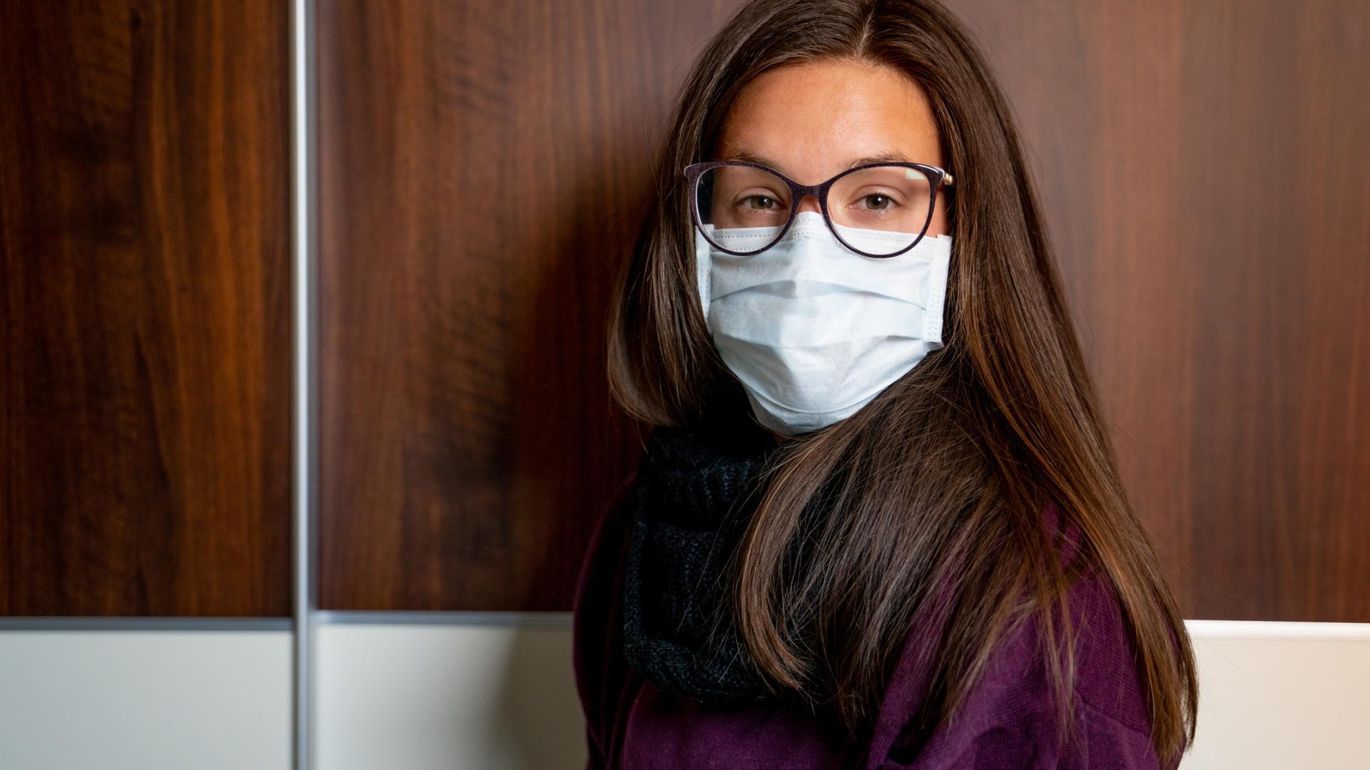 Mundschutzmaske Frau Brille