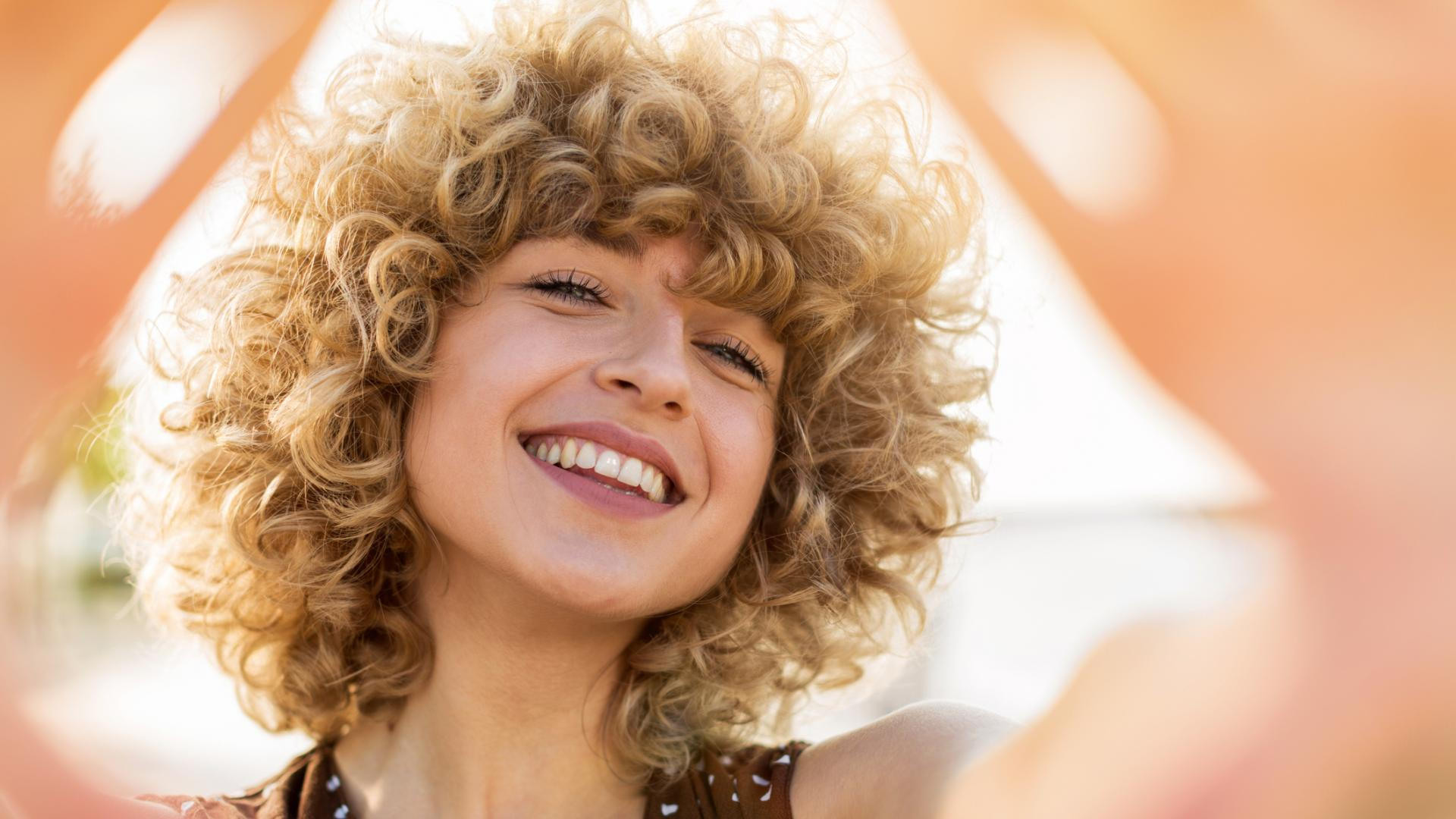 Frau Locken Socken Haare lachen fröhlich sommer selfie