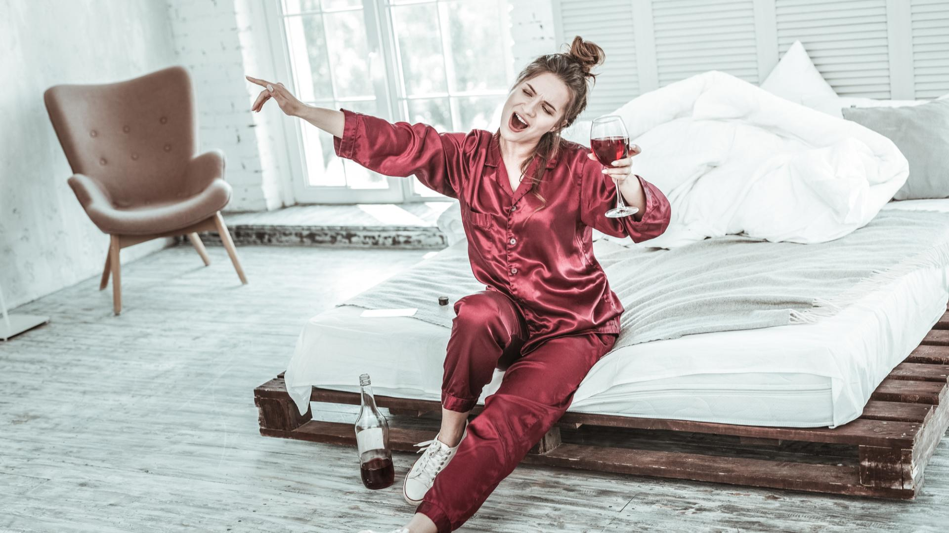 Wein Alkoholiker zuhause social distancing bett schlafanzug trinken